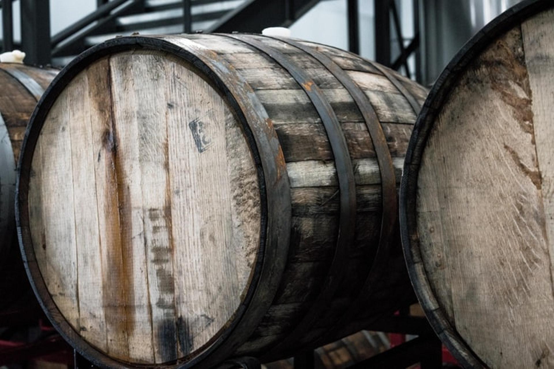 某些白酒還會用橡木桶陳釀,以提取香草氣息和單寧,使其更復雜、更好地陳年。(  Elevate / unsplash )