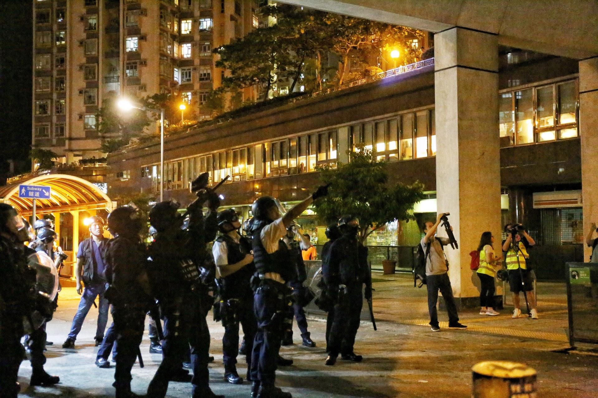 晚上11時許,有警員向天橋發射胡椒彈。(余睿菁攝)