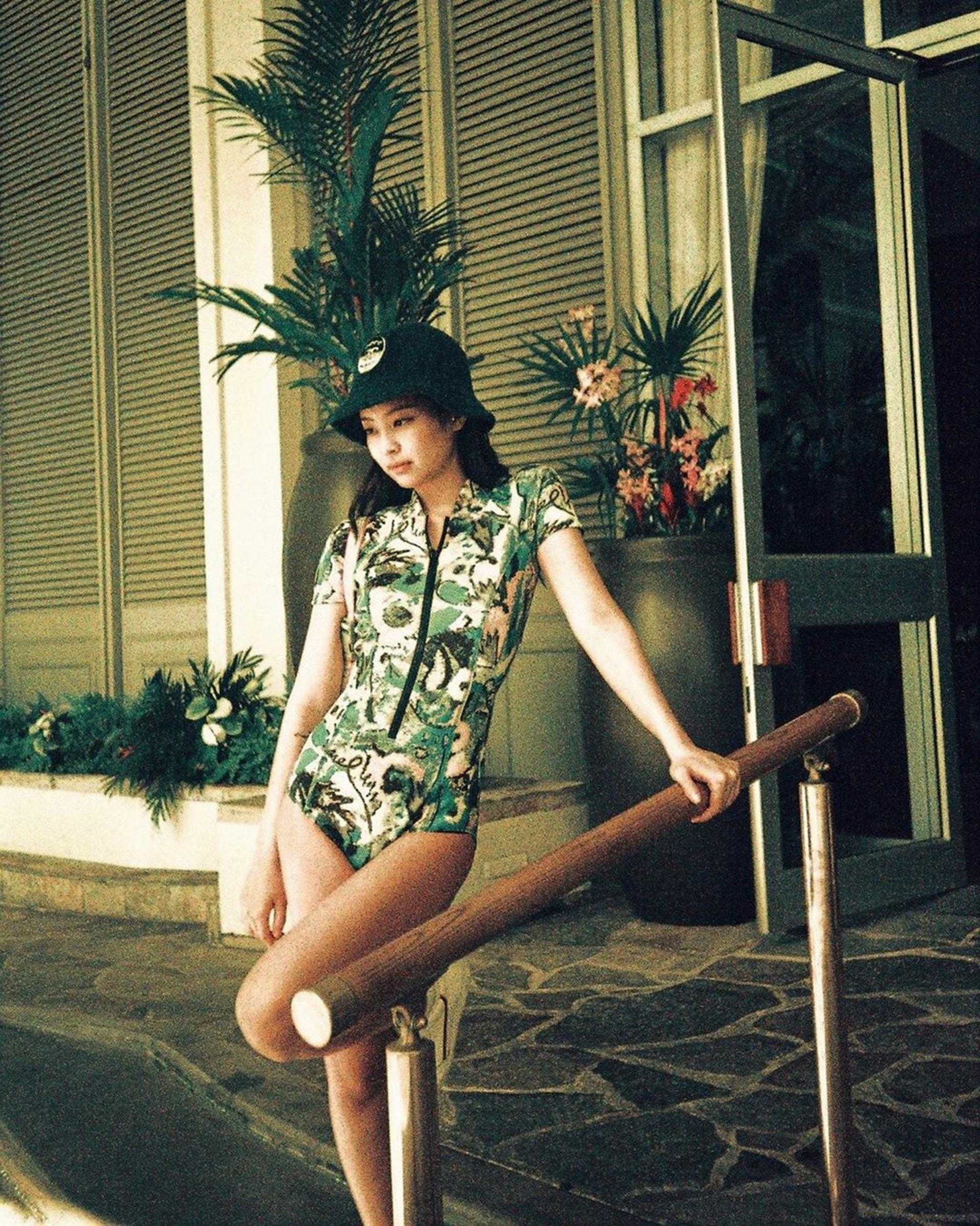 Jennie呢個Look上半身密實,但一雙長腿依然好吸睛。(IG@jennierubyjane)