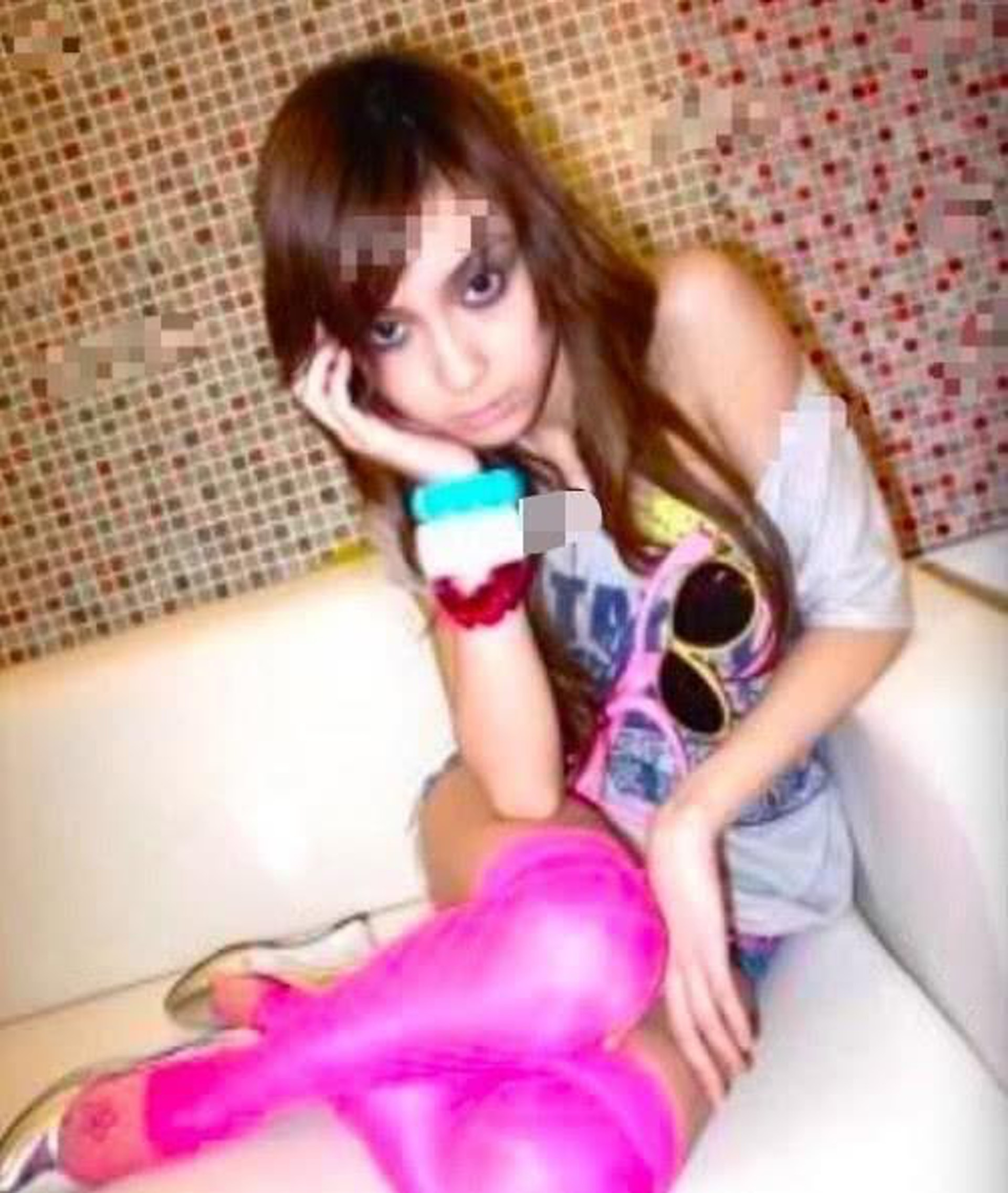 桃紅色的絲襪娘味極濃。(微博圖片)