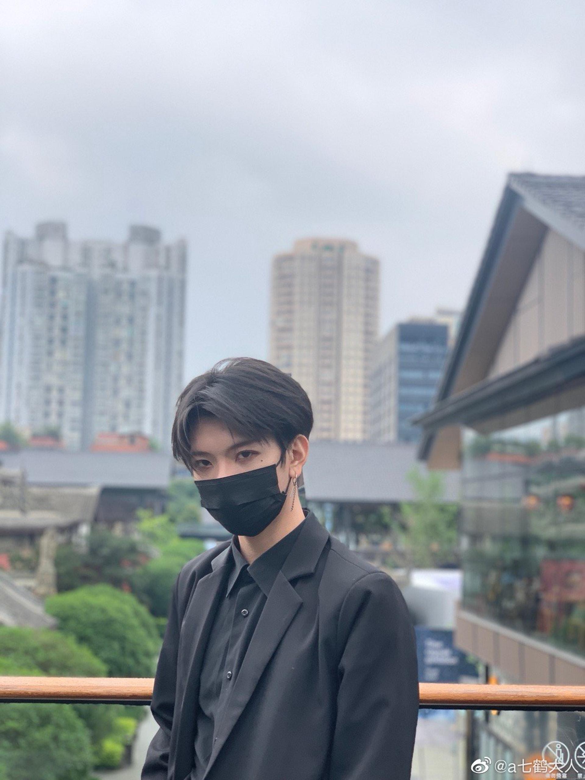 他經常戴黑色口罩示人。(微博圖片:@a七鶴大人)