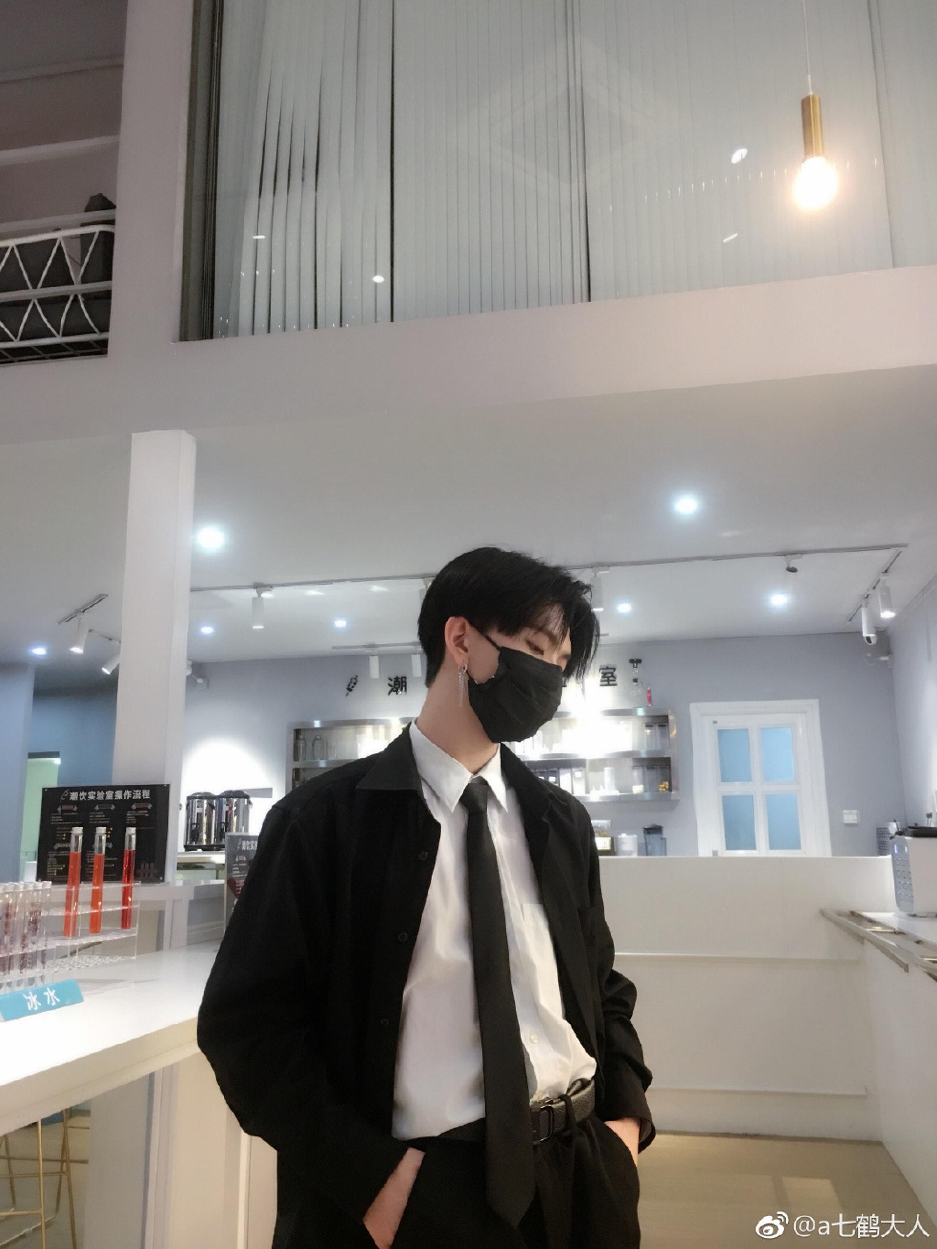 七鶴大人平時經常戴黑色口罩示人。(微博圖片:@a七鶴大人)