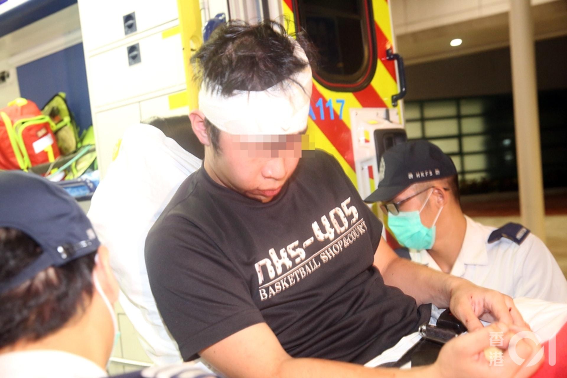 頭部受傷的男傷者送院治理。(陳永武攝)