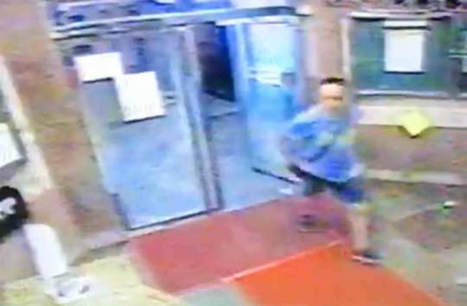 閉路電視拍到可疑男子身穿藍色衫走入嘉明閣。(街坊提供圖片)