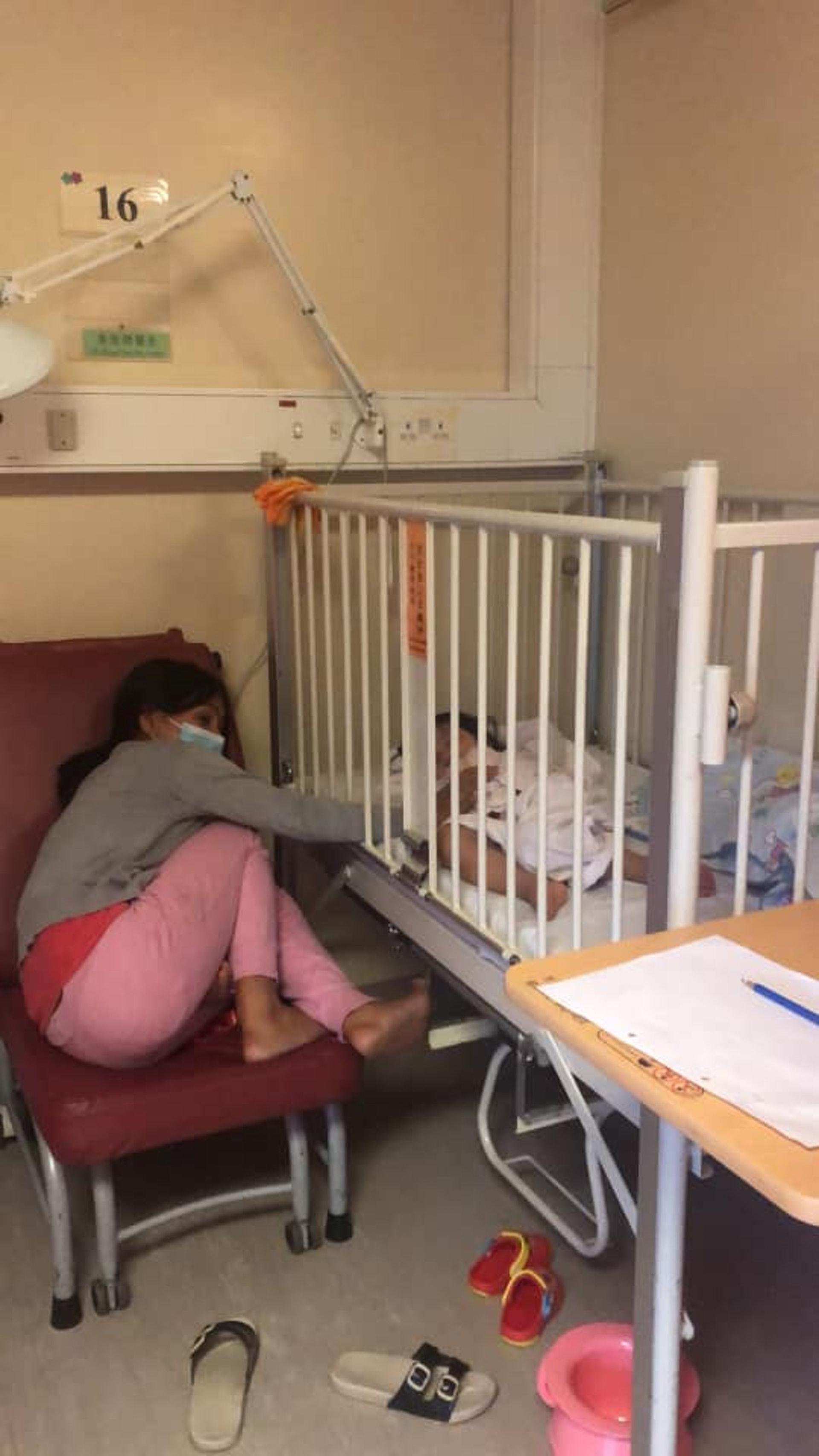 有女網民於facebook上載相片,表示女兒因為發燒需要入院留醫,家中的外傭姐姐見狀即自動請纓留低幫忙照顧,令樓主非常感動。(fb群組「外傭僱主必看新聞訊息」圖片)