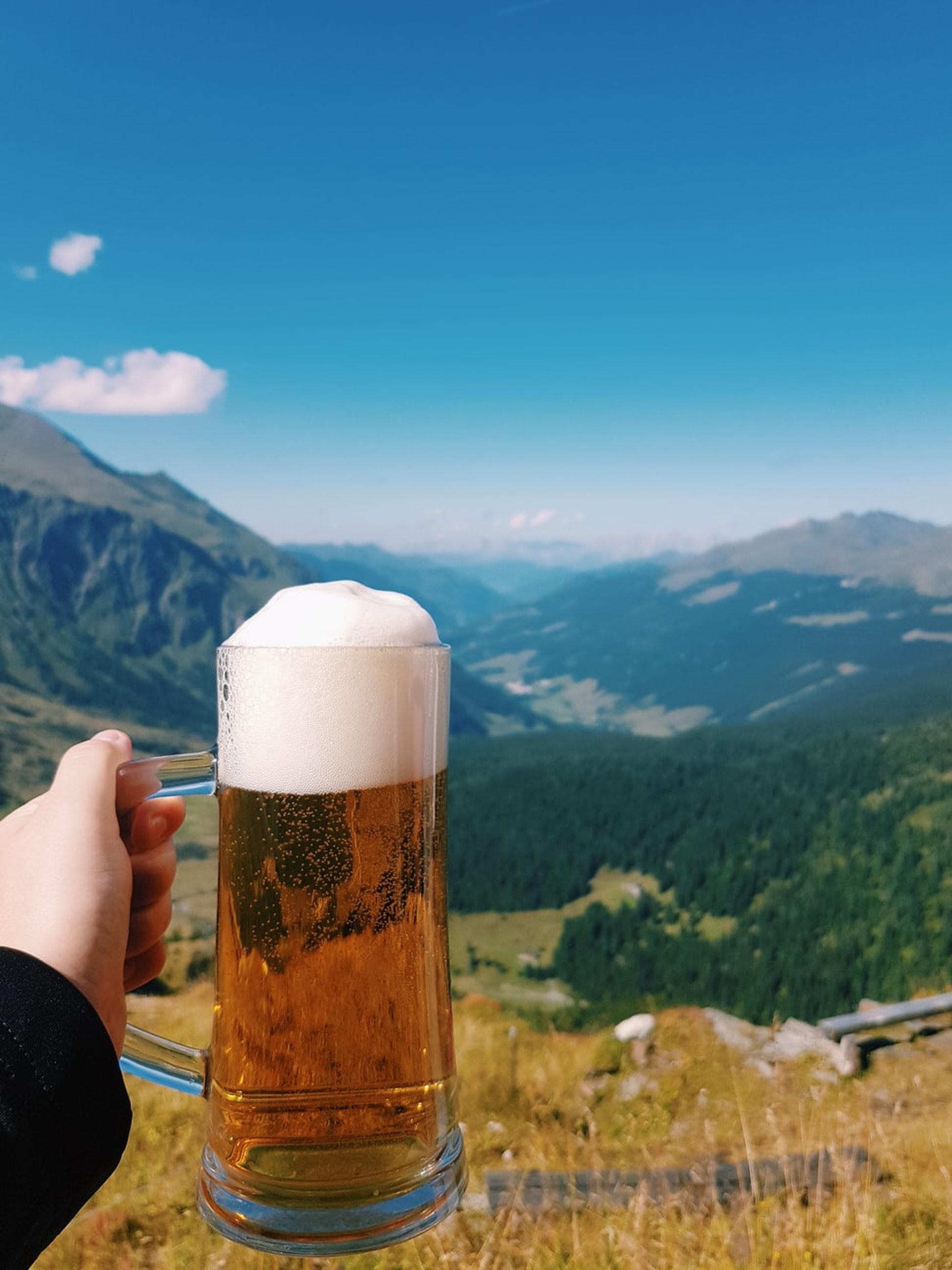 基本上任何地方都可以釀得出啤酒,因為原材料都可以保存及運輸,但水卻不能!而且啤酒九成多都是水,所以好山好水就釀出好啤酒(圖片來源:Unsplash@reiseuhu)
