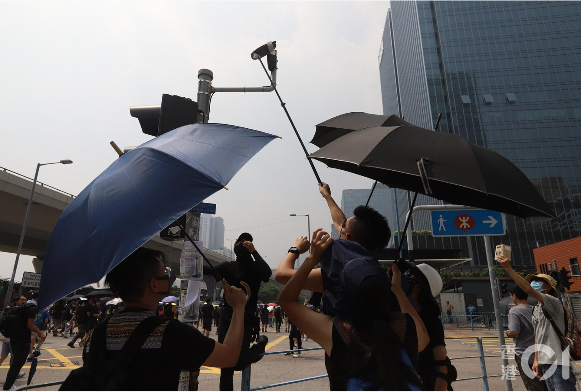 示威者用膠紙遮蓋智慧燈柱。(羅國輝攝)