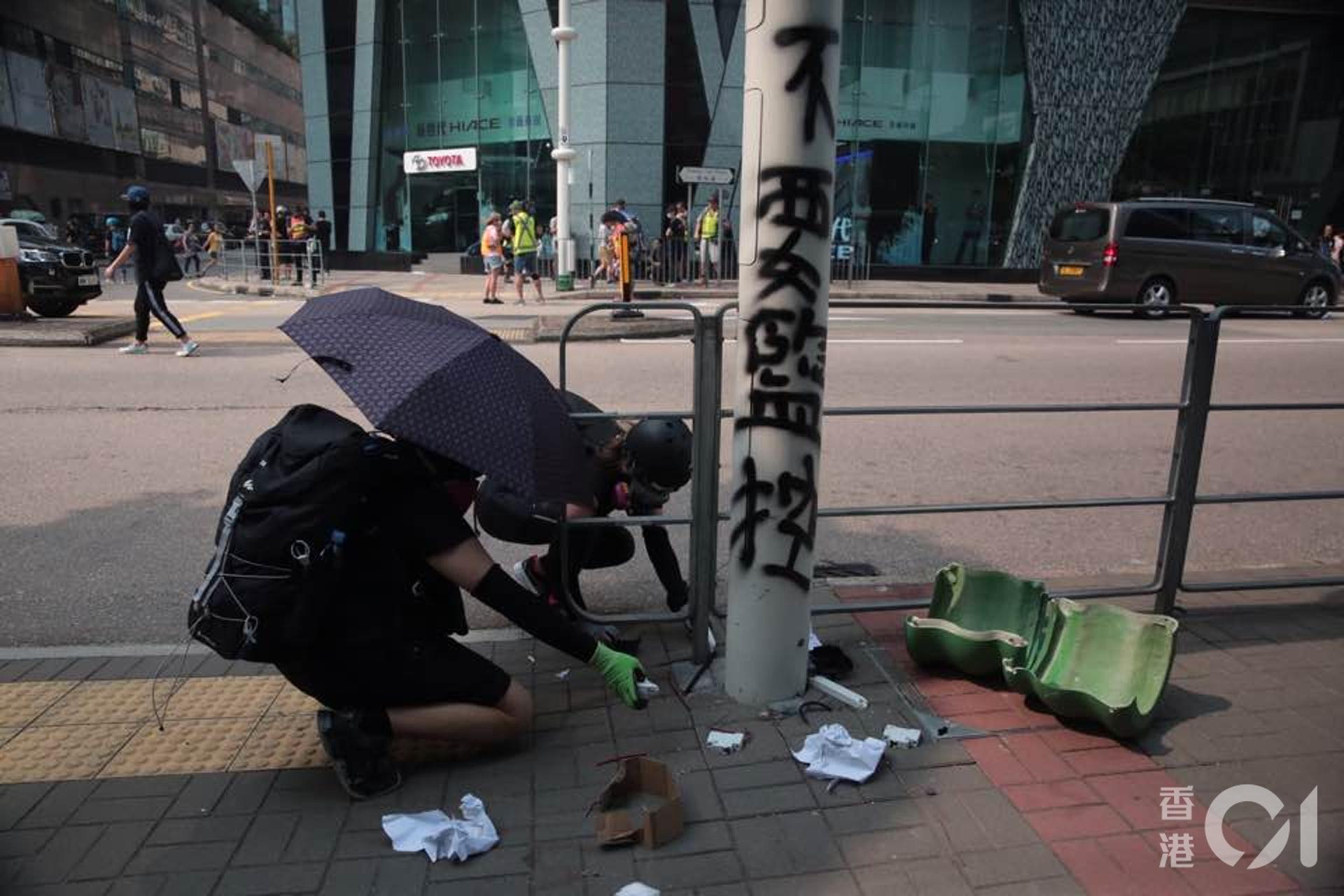 示威者用膠紙將智慧燈柱遮蓋,甚至出動電鋸強行打開燈柱電箱。(陳浩然攝)