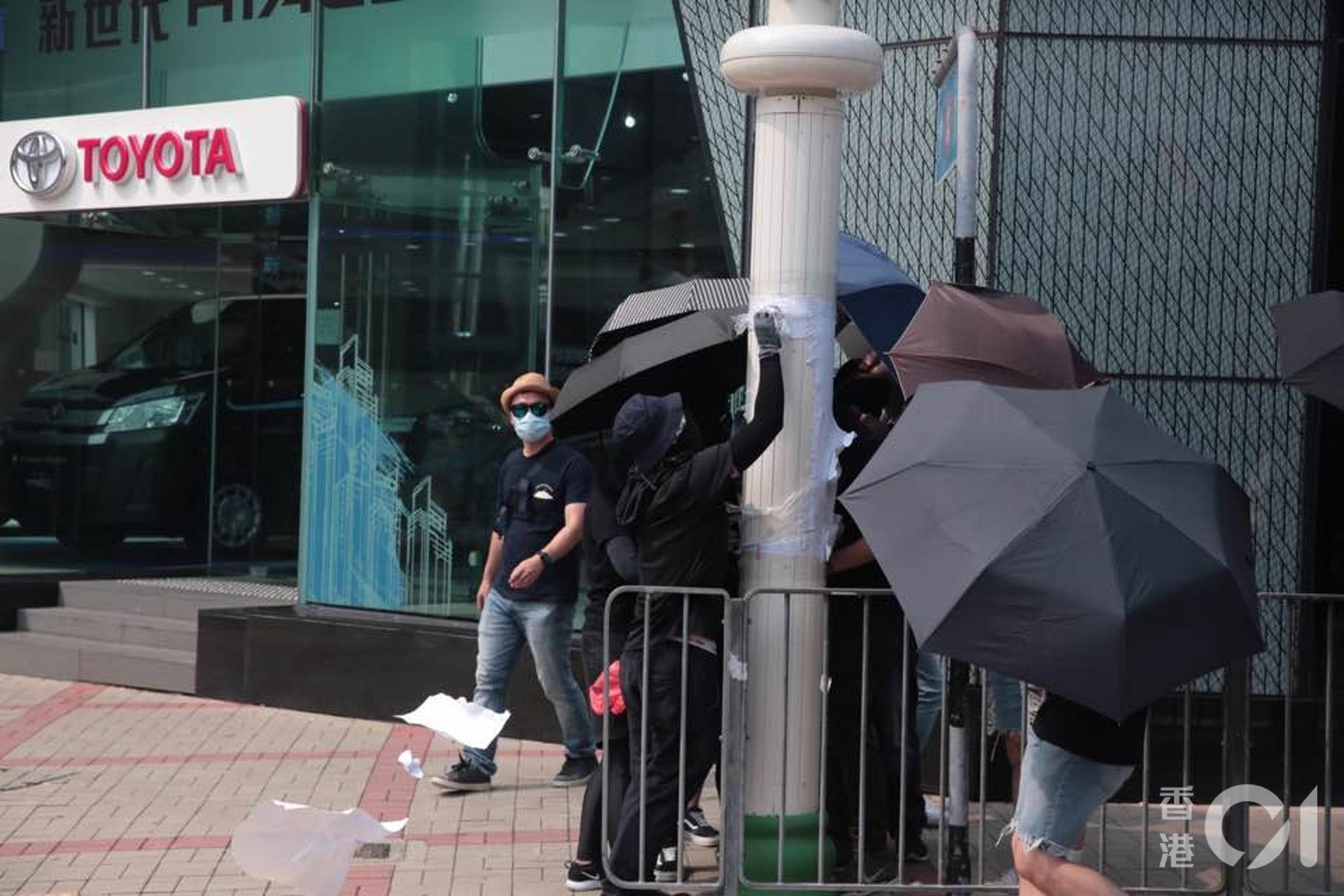 示威者用膠紙將智慧燈柱遮蓋,甚至出動電鋸強行打開燈柱電箱。(李穎霖攝)