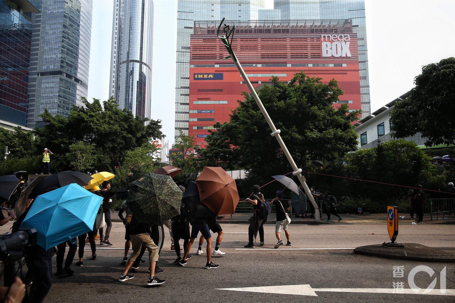 示威者嘗試拉倒智慧燈柱。(羅君豪攝)