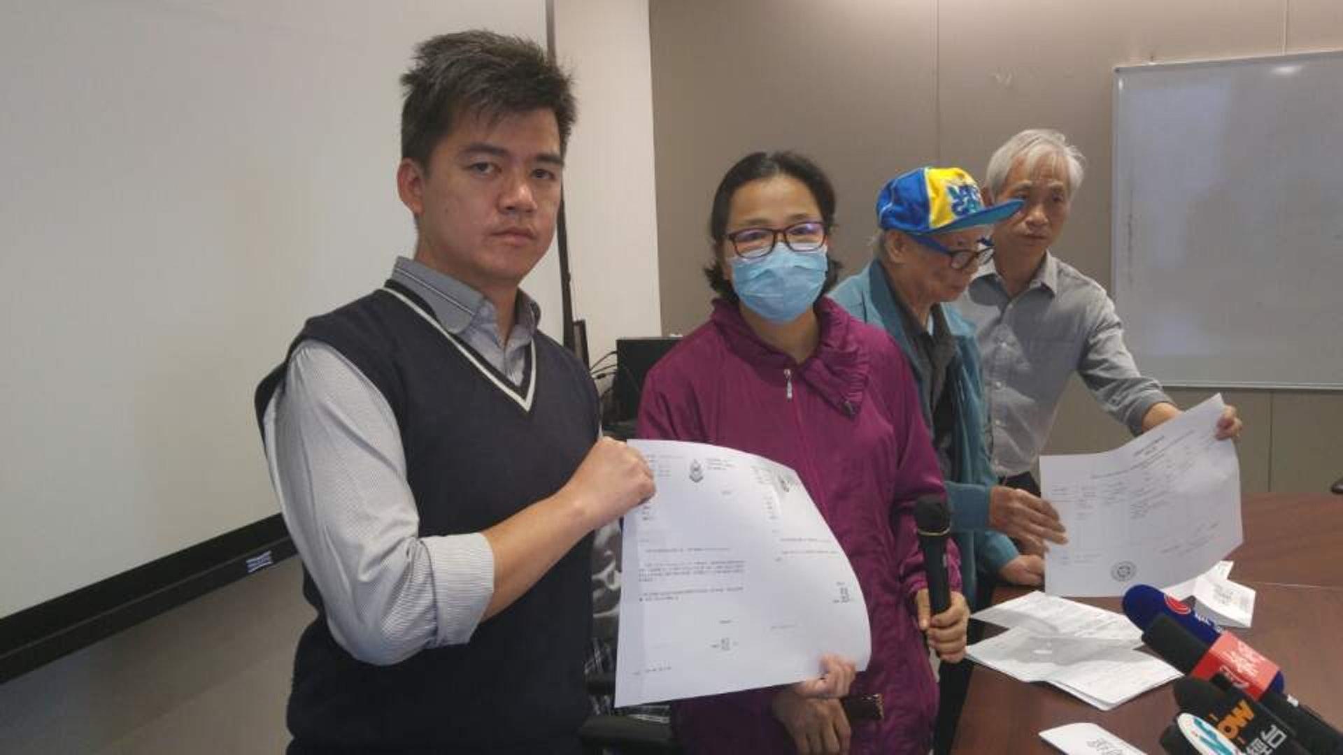 馮女士(左二)要求警方就無理拘捕致歉。(陳宇軒攝)