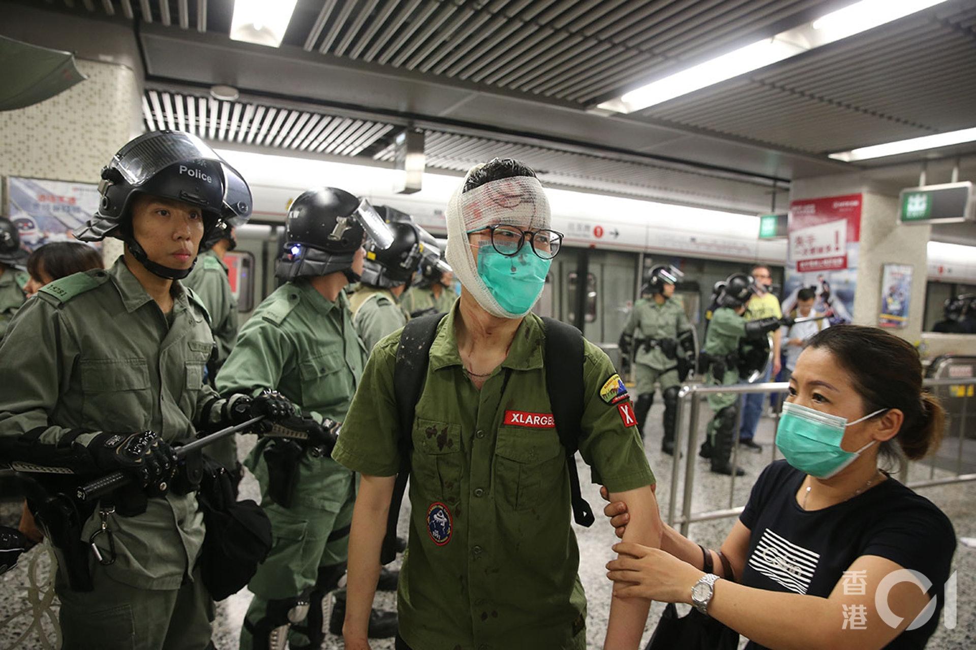 831遊行示威衝突,晚上11點,警方在太子站列車和月台內,拘捕示威者,期間在車廂內施放胡椒噴霧、揮動警棍,有人流血受傷。圖為傷者在車廂內獲義務急救員急救,抵達油麻地站。(蔡正邦攝)