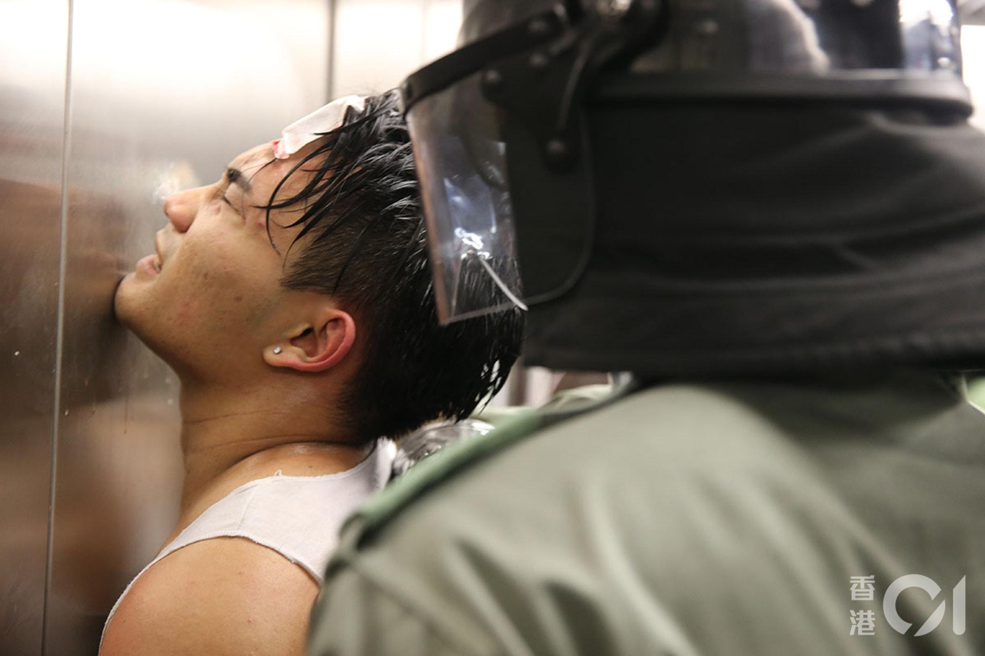831遊行示威衝突,晚上11點,警方在太子站列車和月台內,拘捕示威者,期間在車廂內施放胡椒噴霧、揮動警棍,有人流血受傷。警方事後在油麻地站拘捕部份人。(蔡正邦攝)