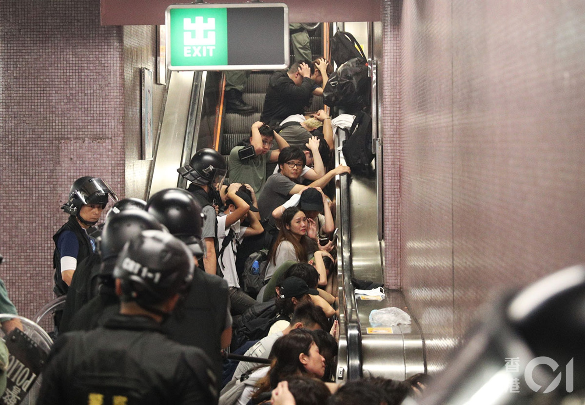 831遊行示威衝突,晚上11點,警方在太子站列車和月台內,拘捕示威者,期間在車廂內施放胡椒噴霧、揮動警棍,有人流血受傷。(余俊亮攝)