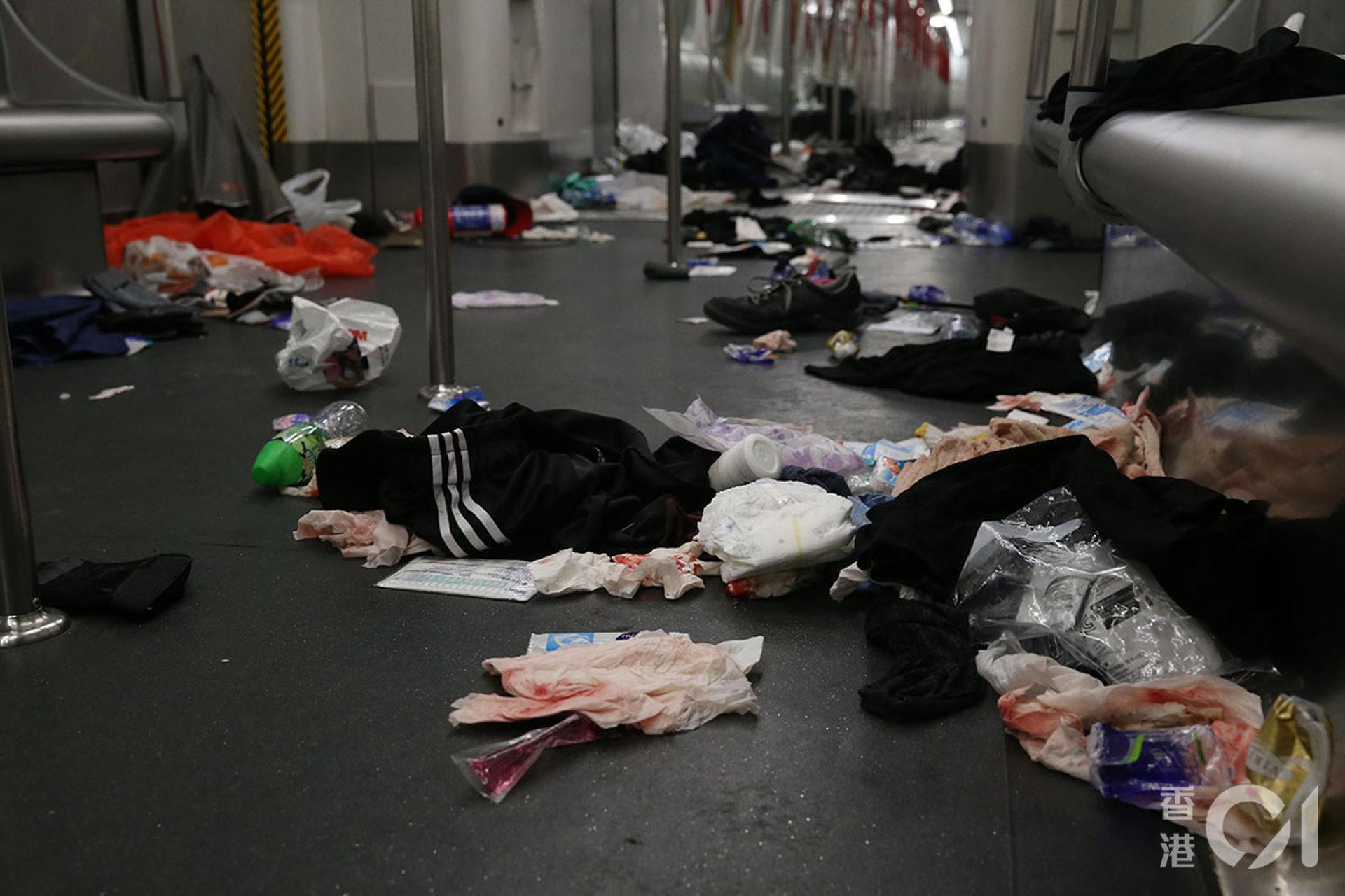 831遊行示威衝突,晚上11點,警方在太子站列車和月台內,拘捕示威者,期間在車廂內施放胡椒噴霧、揮動警棍,有人流血受傷。(蔡正邦攝)