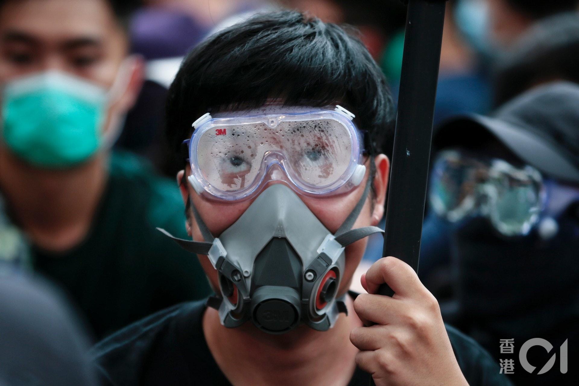 有學生戴眼罩、豬嘴參與集會。(李澤彤攝)