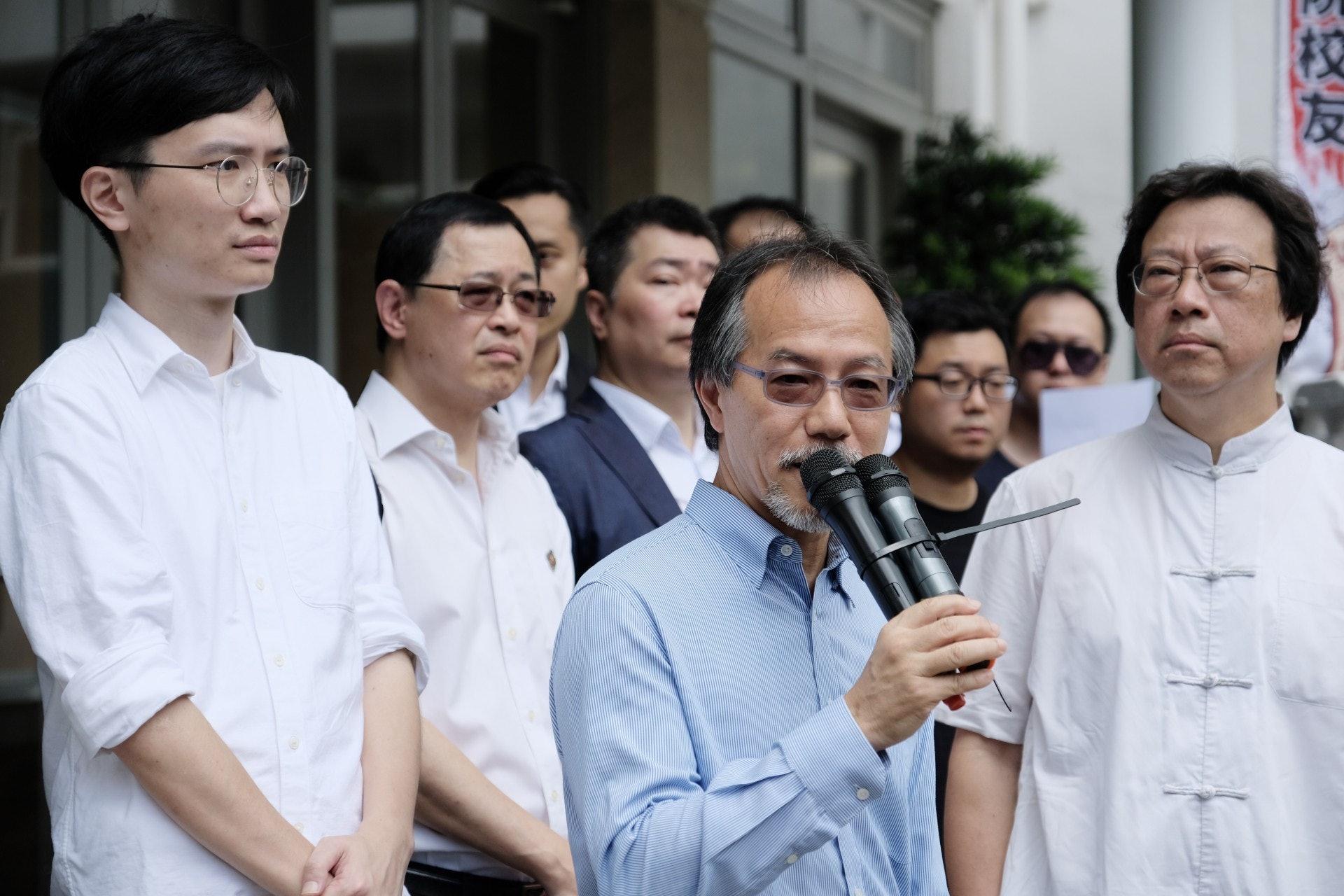 學術自由學者聯盟成員鄭漢文(右起)及立法會議員張超雄均有出席集會。(歐嘉樂攝)