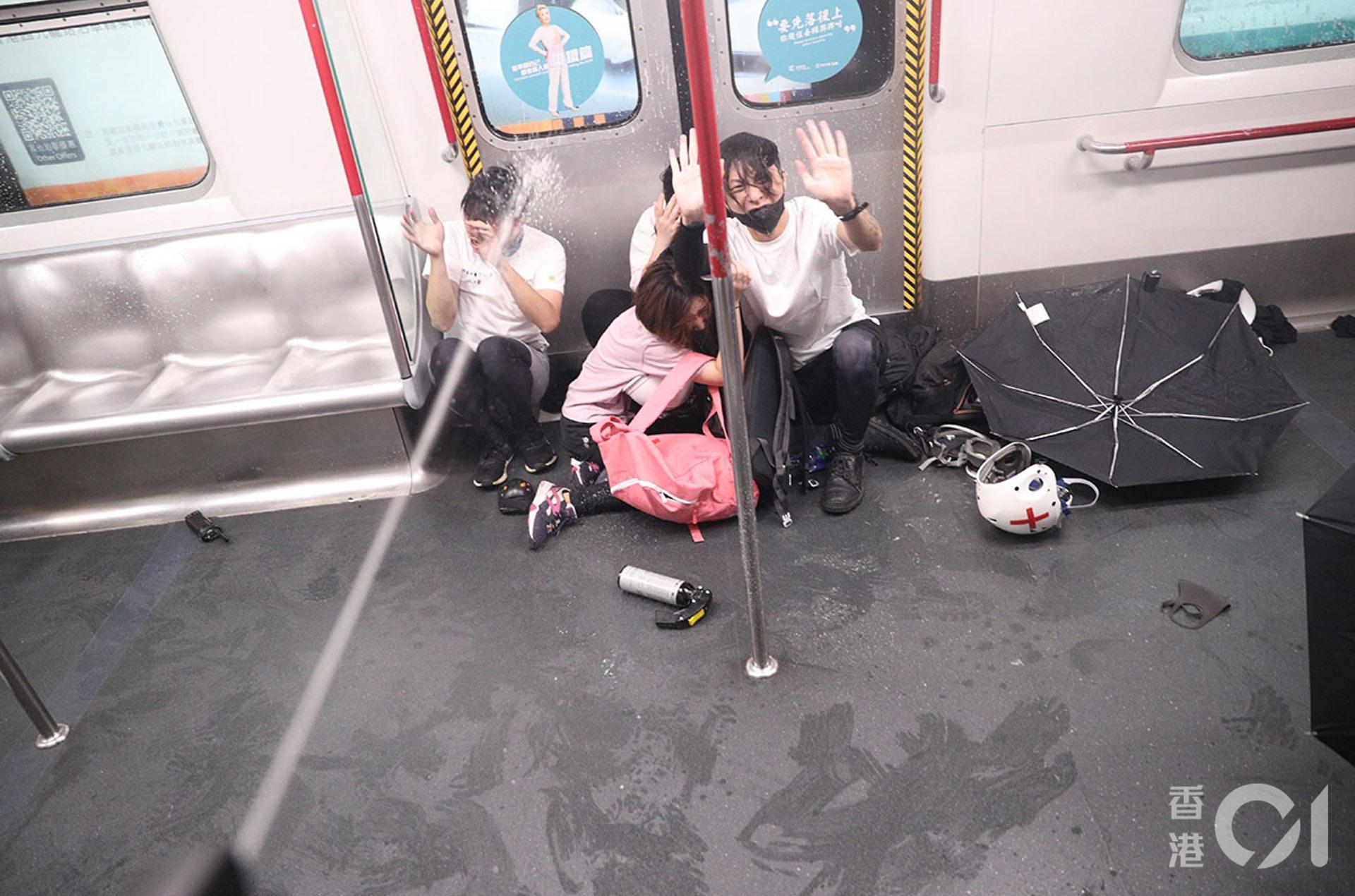 8月31日晚,太子站發生嚴重衝突,警方向車廂內發射胡椒噴霧,在車內的人求饒。(余俊亮攝)