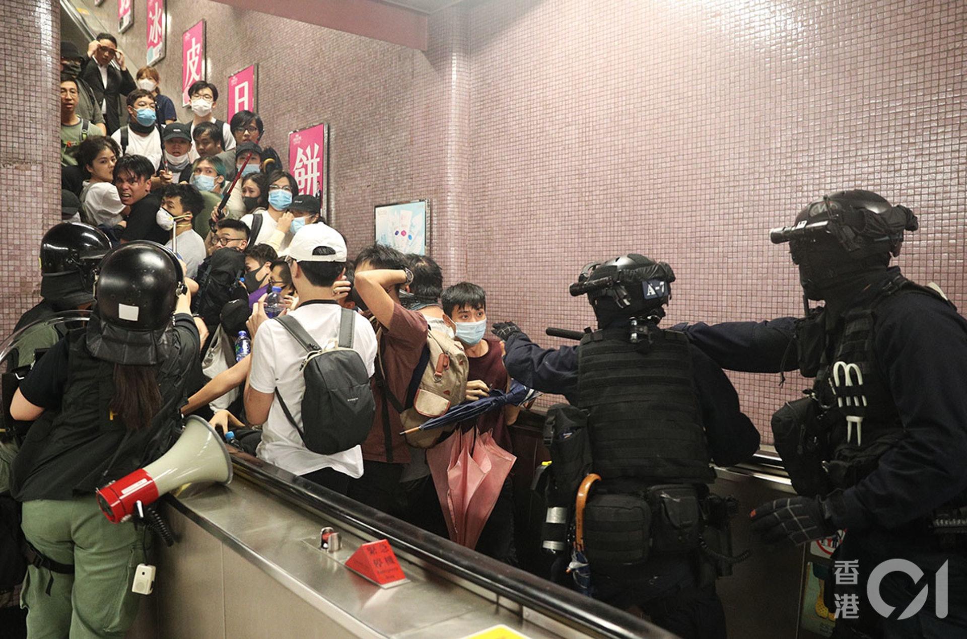 8月31日,太子站發生嚴重警民衝突,警方向車廂內發射胡椒噴霧,並到車內揮動警棍,多人受傷,之後警方退出車廂,將車站內的人限制在扶手電梯內,逐個拘捕。(余俊亮攝)