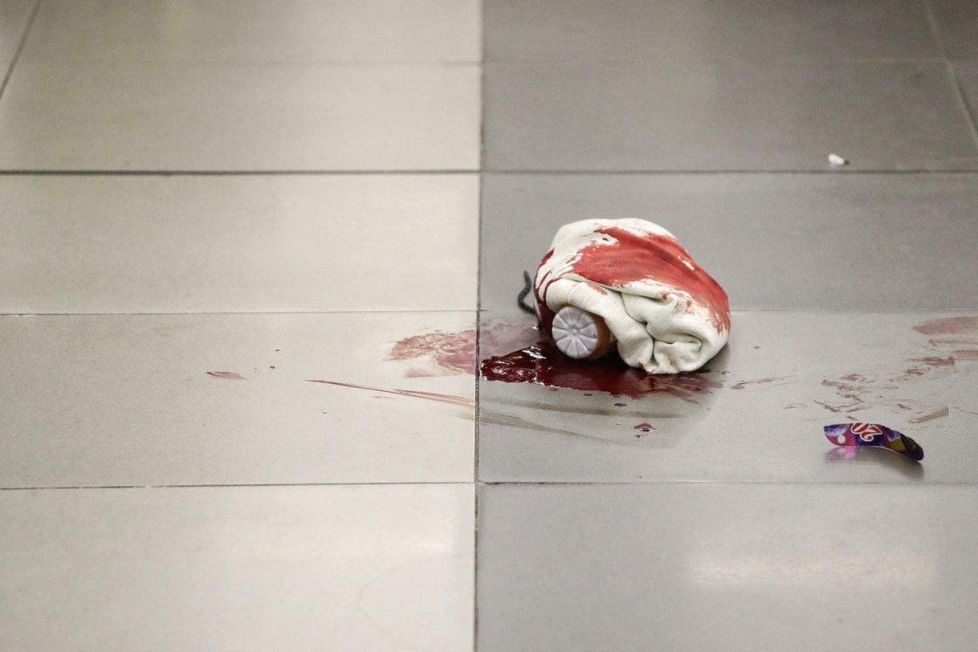 少年被警棍亂毆後頭部出血,地上留下一灘血迹。 (曾梓洋攝)