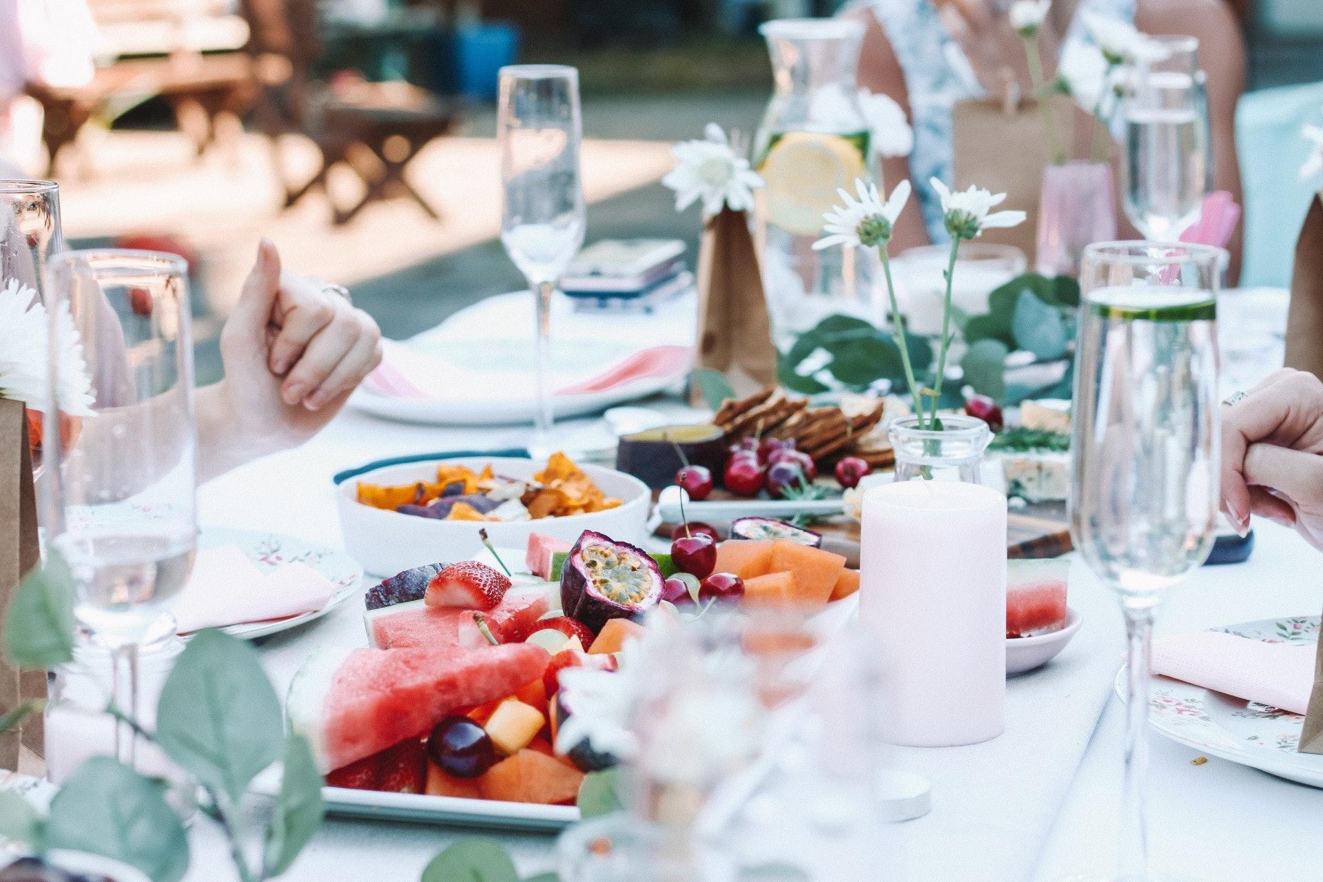 農歷新年是中國重要傳統節日之一,不少港人習慣在當天和家人、朋友聚餐慶節,但豐富菜餚在前,也要留意自己會否不自覺食滯。(maddibazzocco/unsplash)