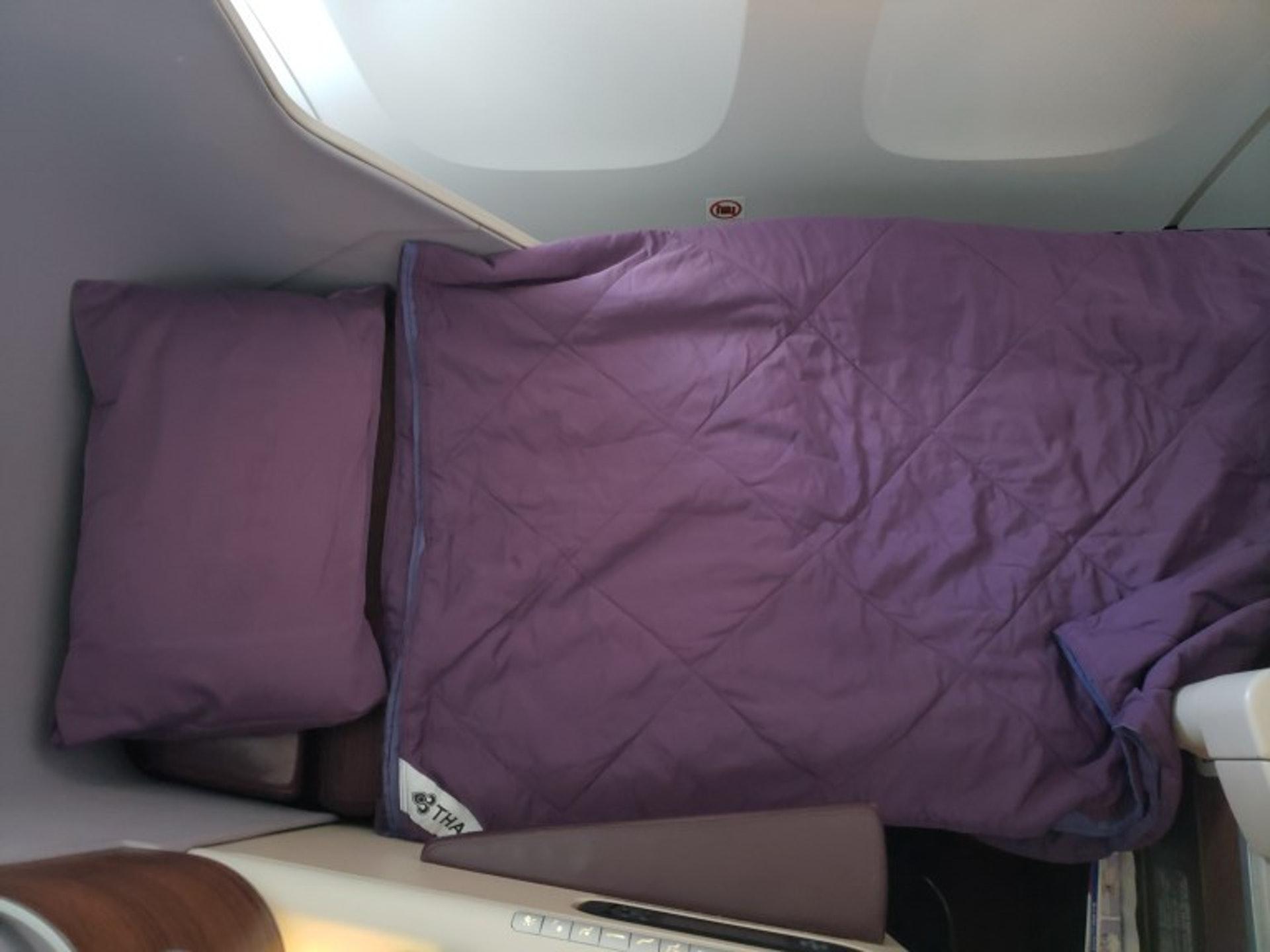 雖然是短程航班,還是有附上枕頭與被子(TripPlus授權使用)