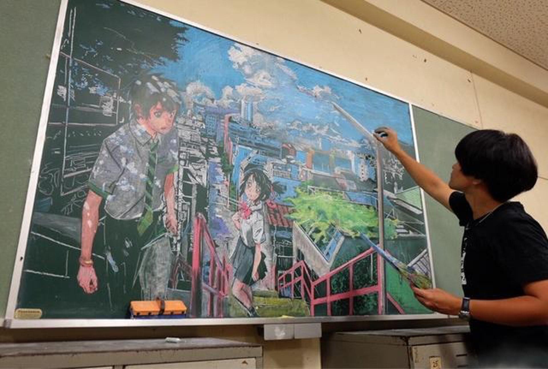 日本高中美術老師繪畫的《你的名字。》黑板畫。(網絡圖片)