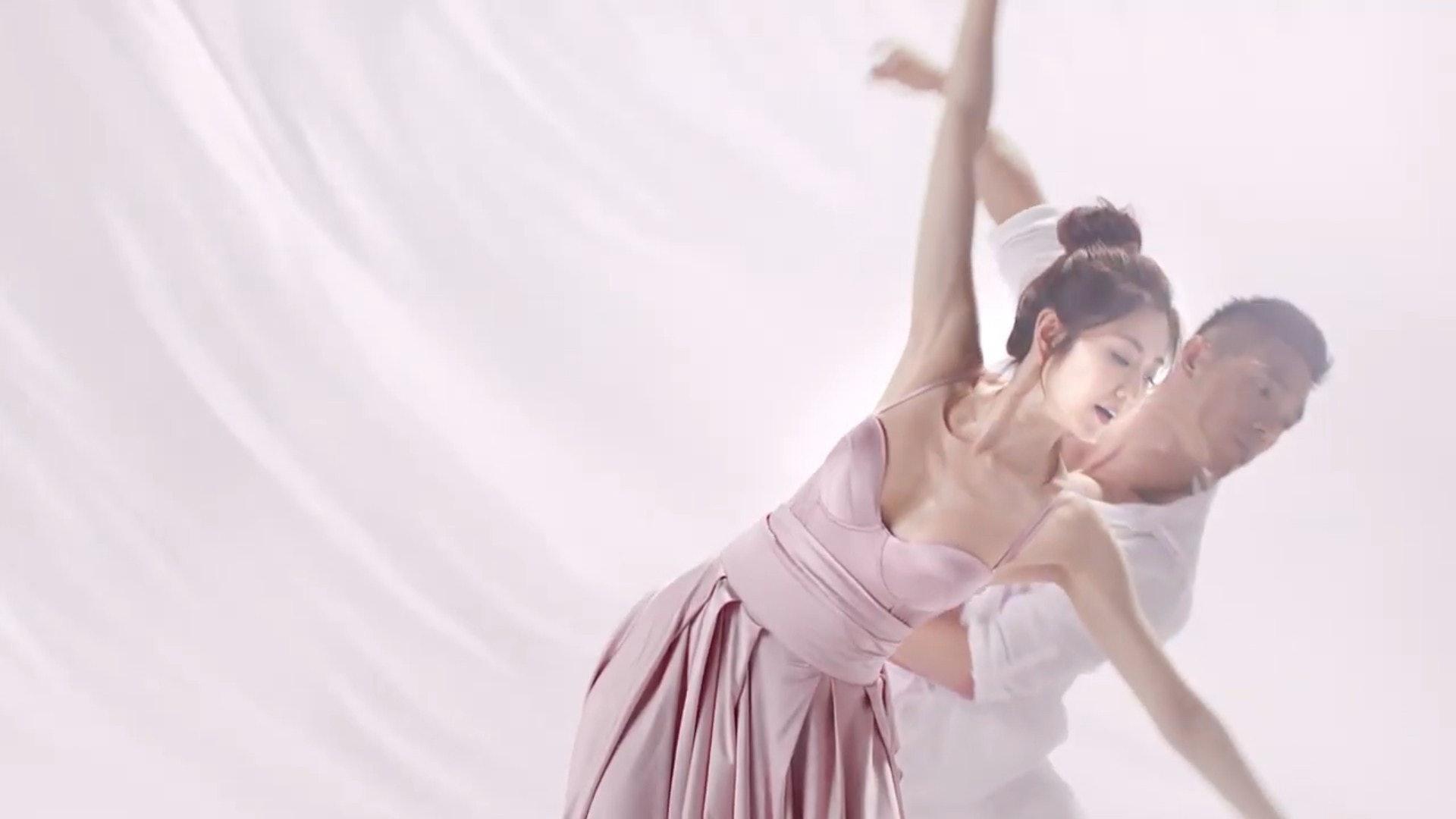 跳舞。(Josephine Bust & Slimming YouTube影片截圖)