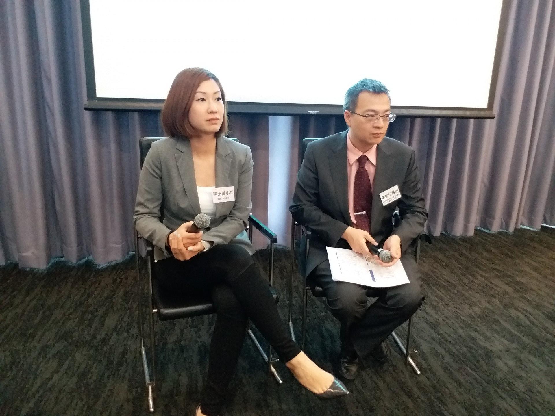香港國際醫療中心腫瘤科總監、臨床腫瘤科專科醫生李智仁(右)指,「餓死癌細胞」是謬誤。(侯彩琳攝)