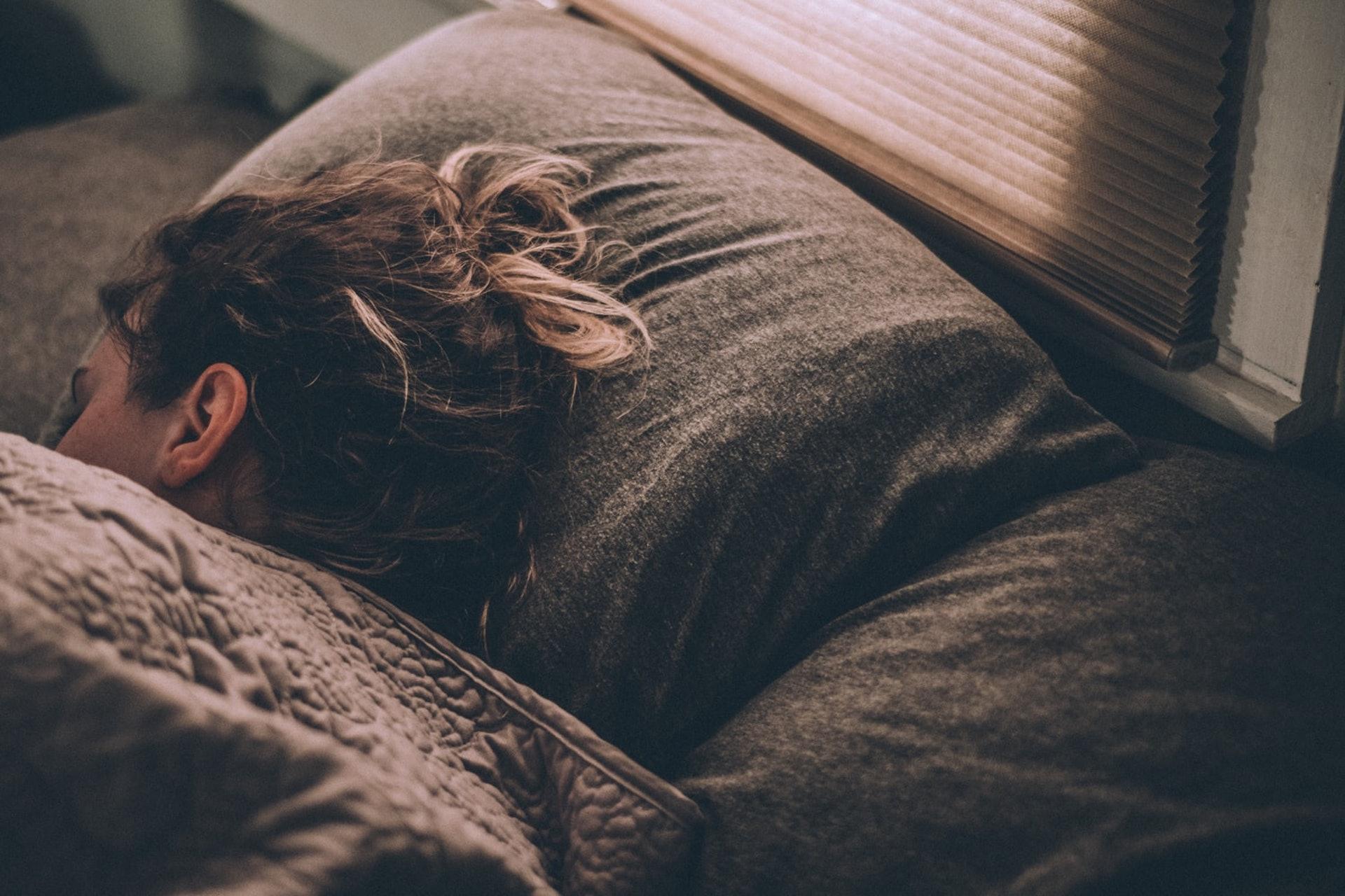睡眠對健康至關重要,如果因為枕邊人的鼻鼾聲而睡不好,難免影響關係。(sekibaku/unsplash)