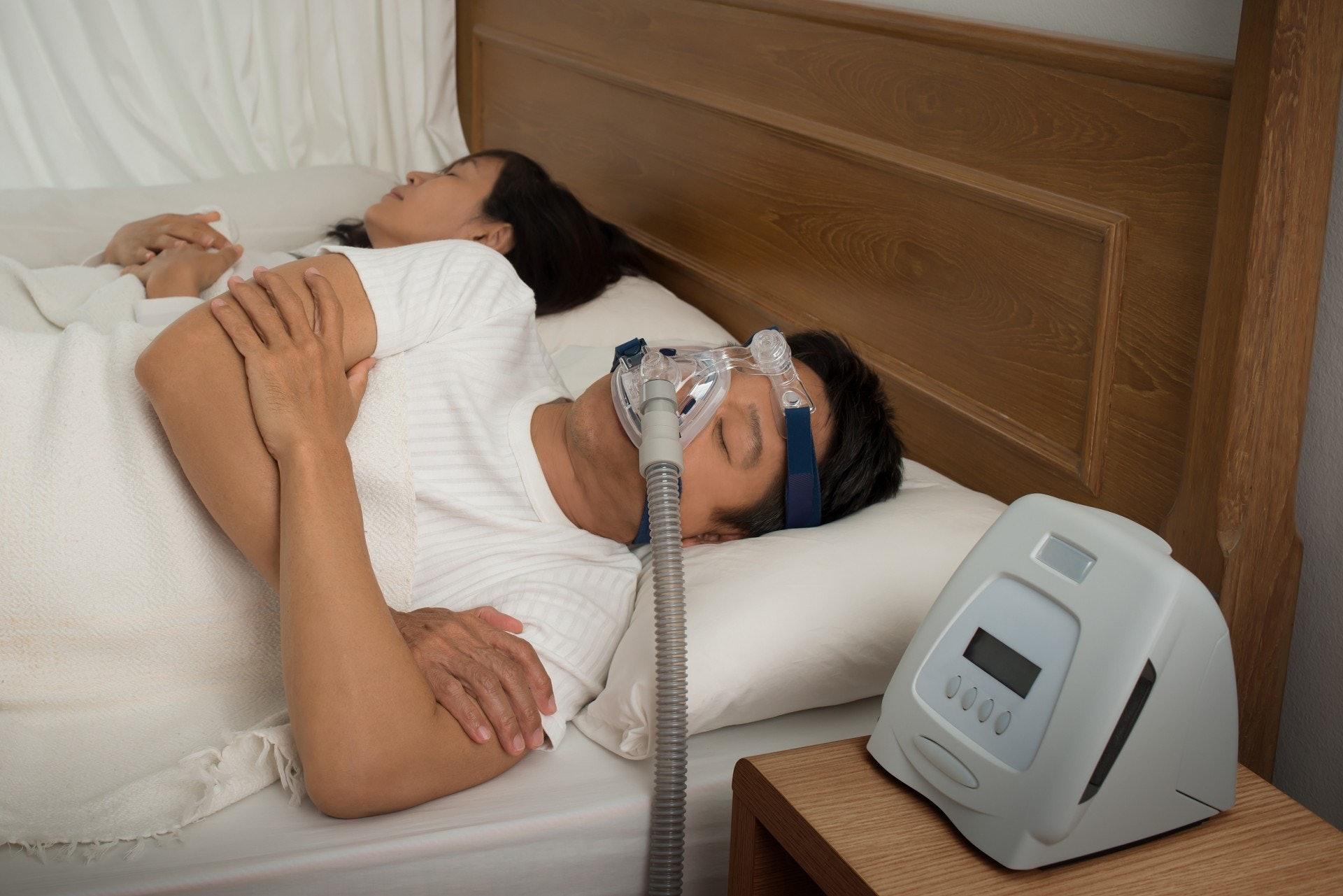 正壓呼吸機將加壓的空氣注入以擴張上呼吸道,避免阻塞,但使用前應要諮詢醫生,因應用者的需要作調整,如鼻腔乾燥者可使用加濕器。(VGC)