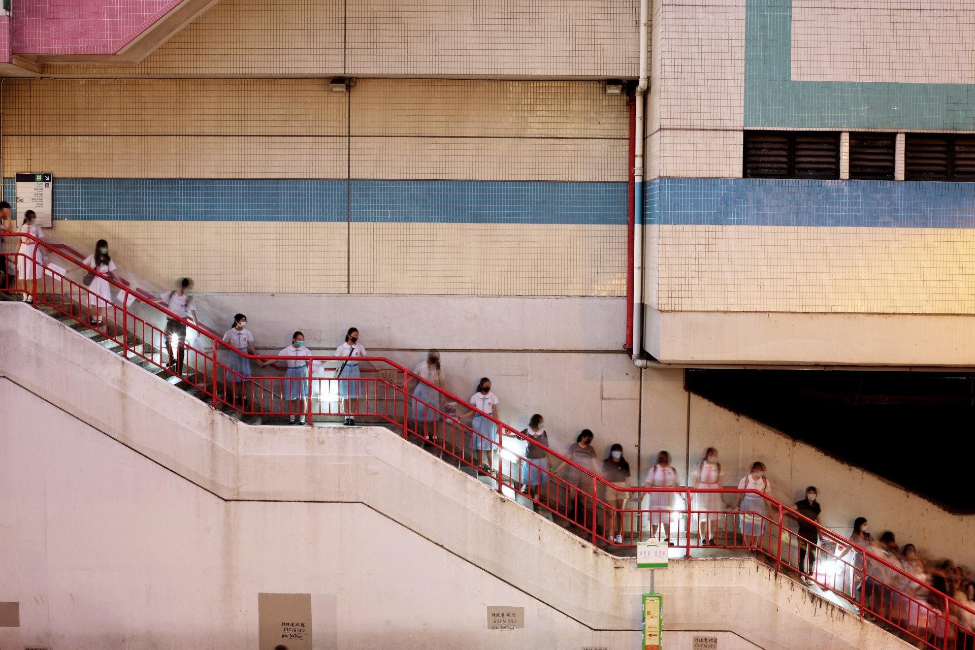 荃灣學生人鏈經過港鐵荃灣站。(李澤彤攝)