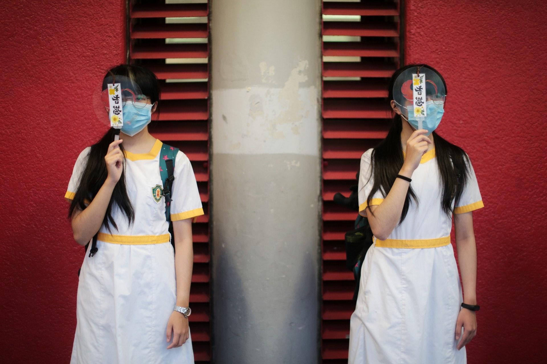 有參加荃灣學生人鏈的女生,掩住右眼。(李澤彤攝)