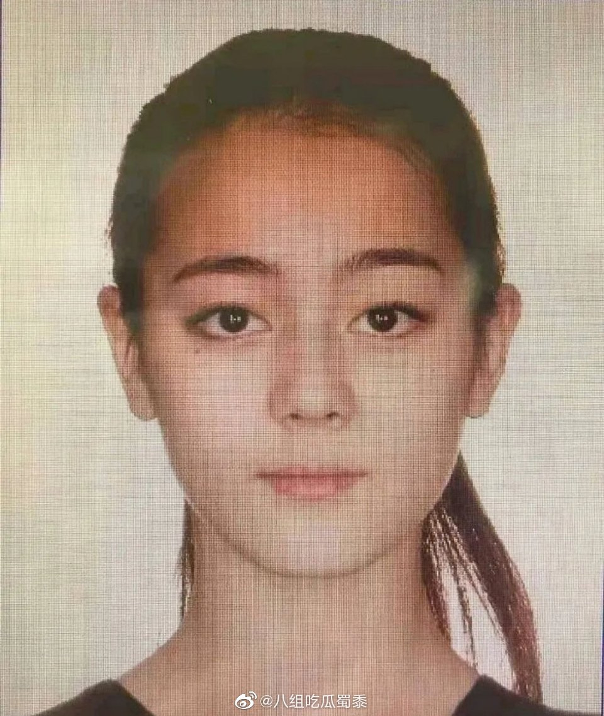 網上流傳一張迪麗熱巴的證件相,相中的她模樣非常青澀。(八組吃瓜蜀黍微博圖片)