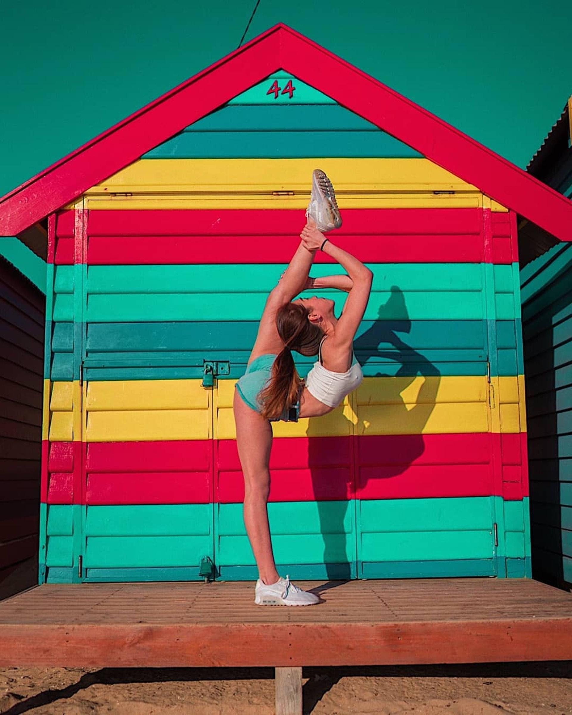 【#大馬網紅】Celine的身體柔軟性十足,可以站立做出一字馬的高難度動作。(IG「celine13_」圖片)