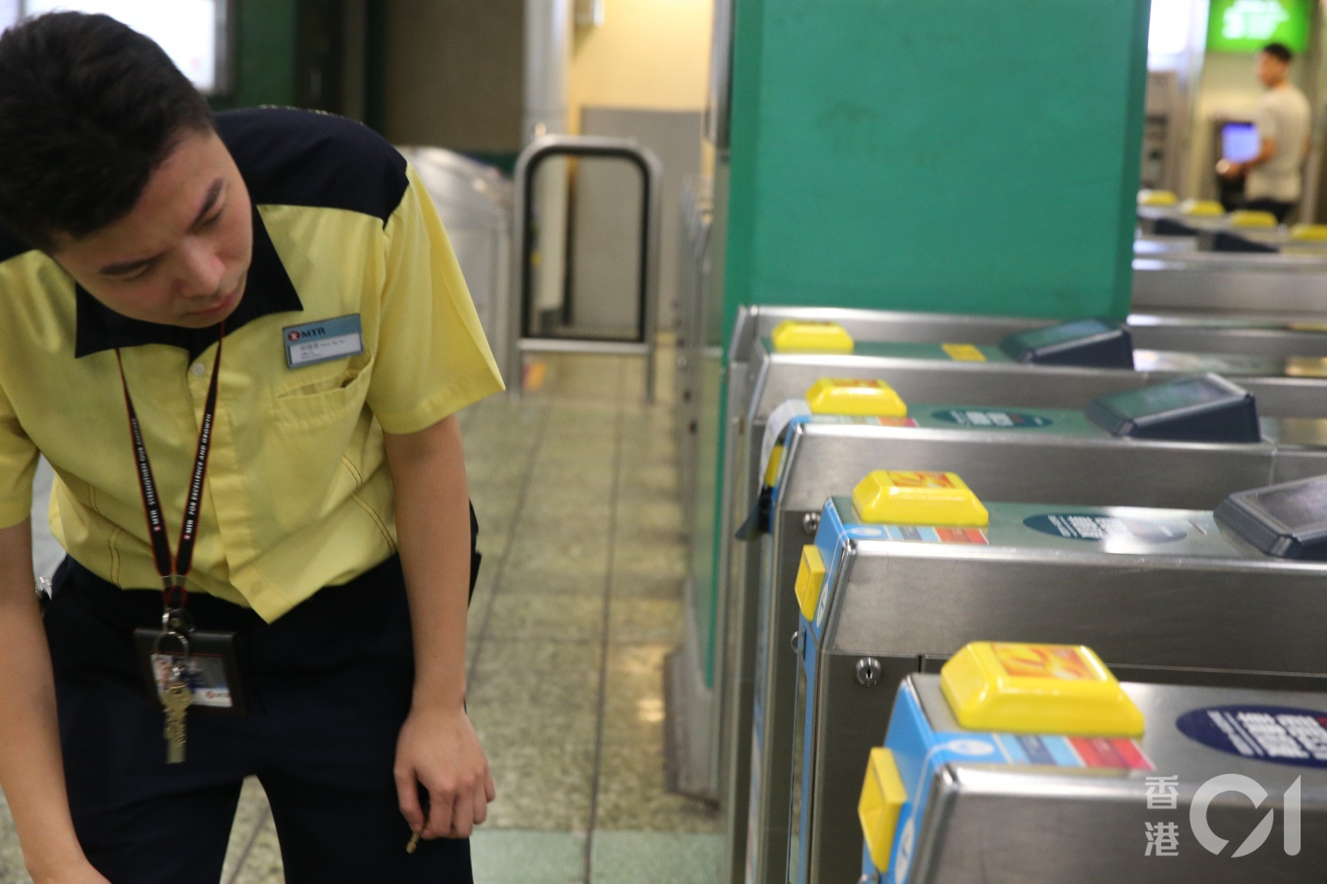 港鐵職員檢查入閘機。(蔡正邦攝)