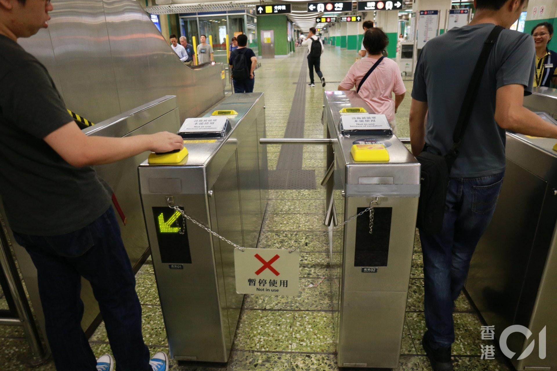 被塗上膠水的閘機入票位被封上,不過市民仍可拍八達通出入。(陳諾希攝)