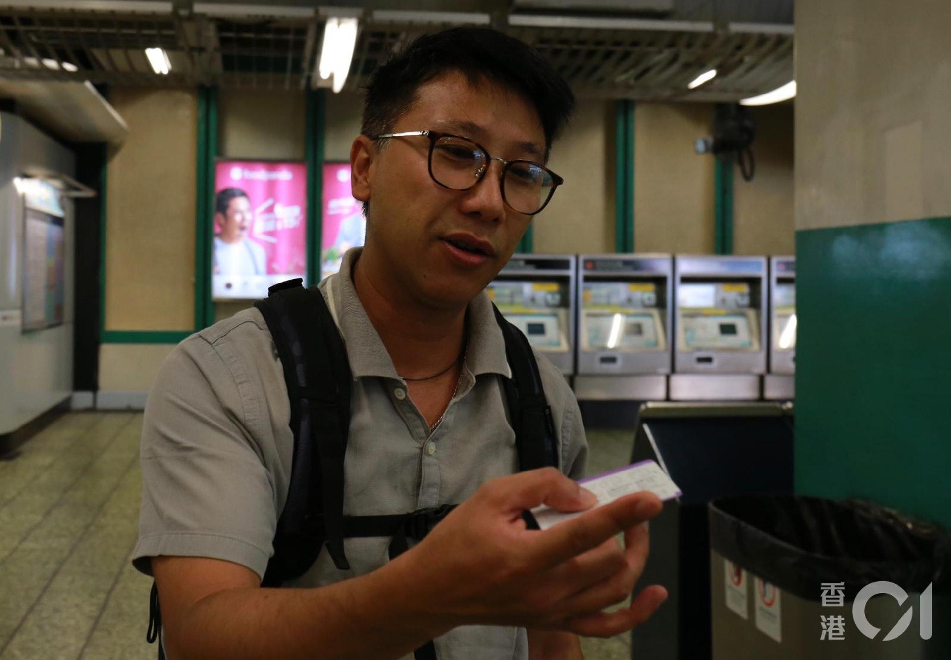 乘客劉先生的姆指及中指被黏上車票上的膠水。(陳諾希攝)