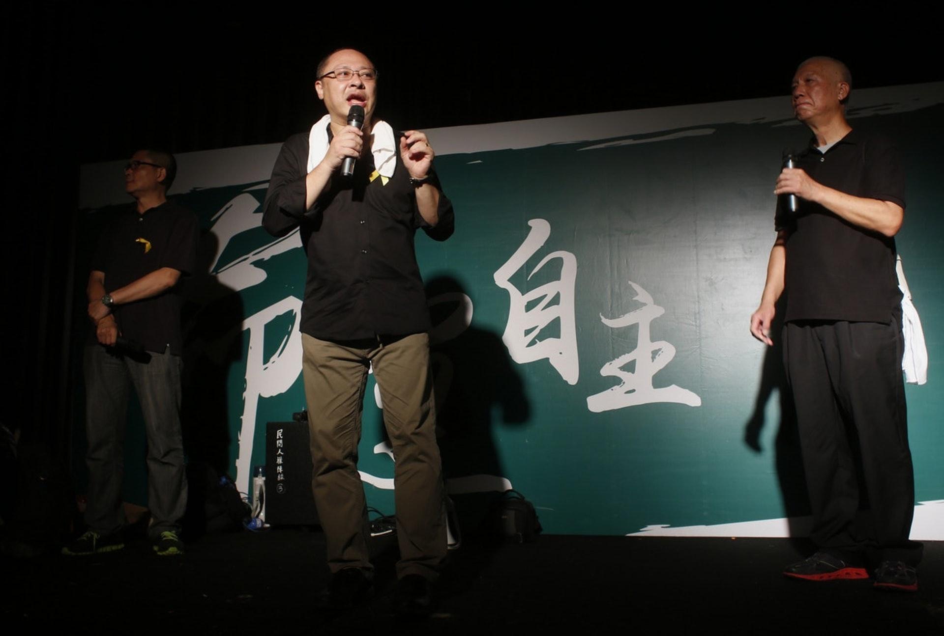 2014年9月28日凌晨,佔中發起人之一的戴耀廷在台上的作出了宣布啟動佔中後,在場有人士起身離開,葉錦龍坦然當刻心情想「大鑊了!」(路透社)