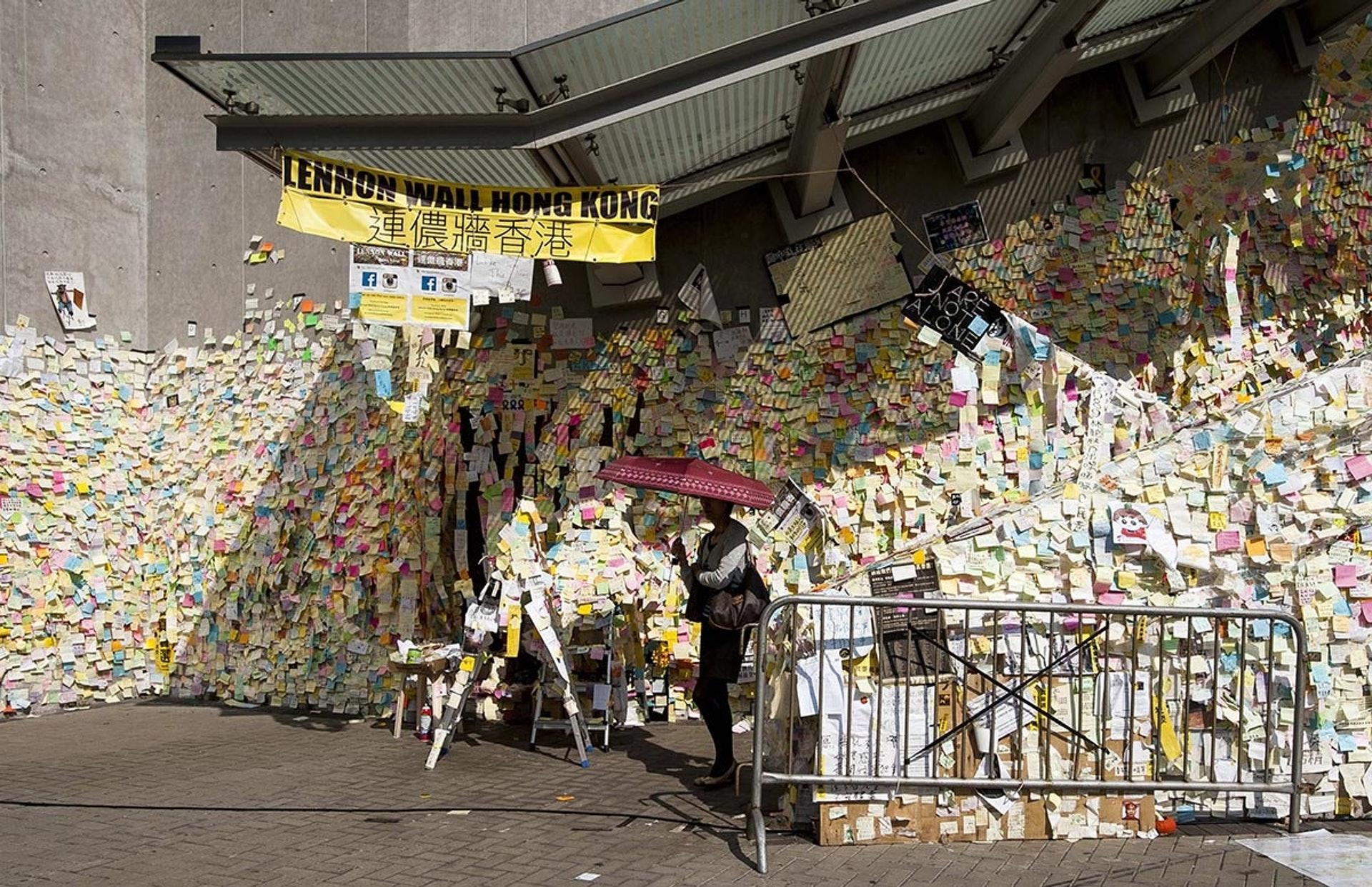 【雨傘運動】2014年9月28日,佔領運動開始,長達79日。金鐘有連儂牆,寫滿示威者心聲。(法新社)