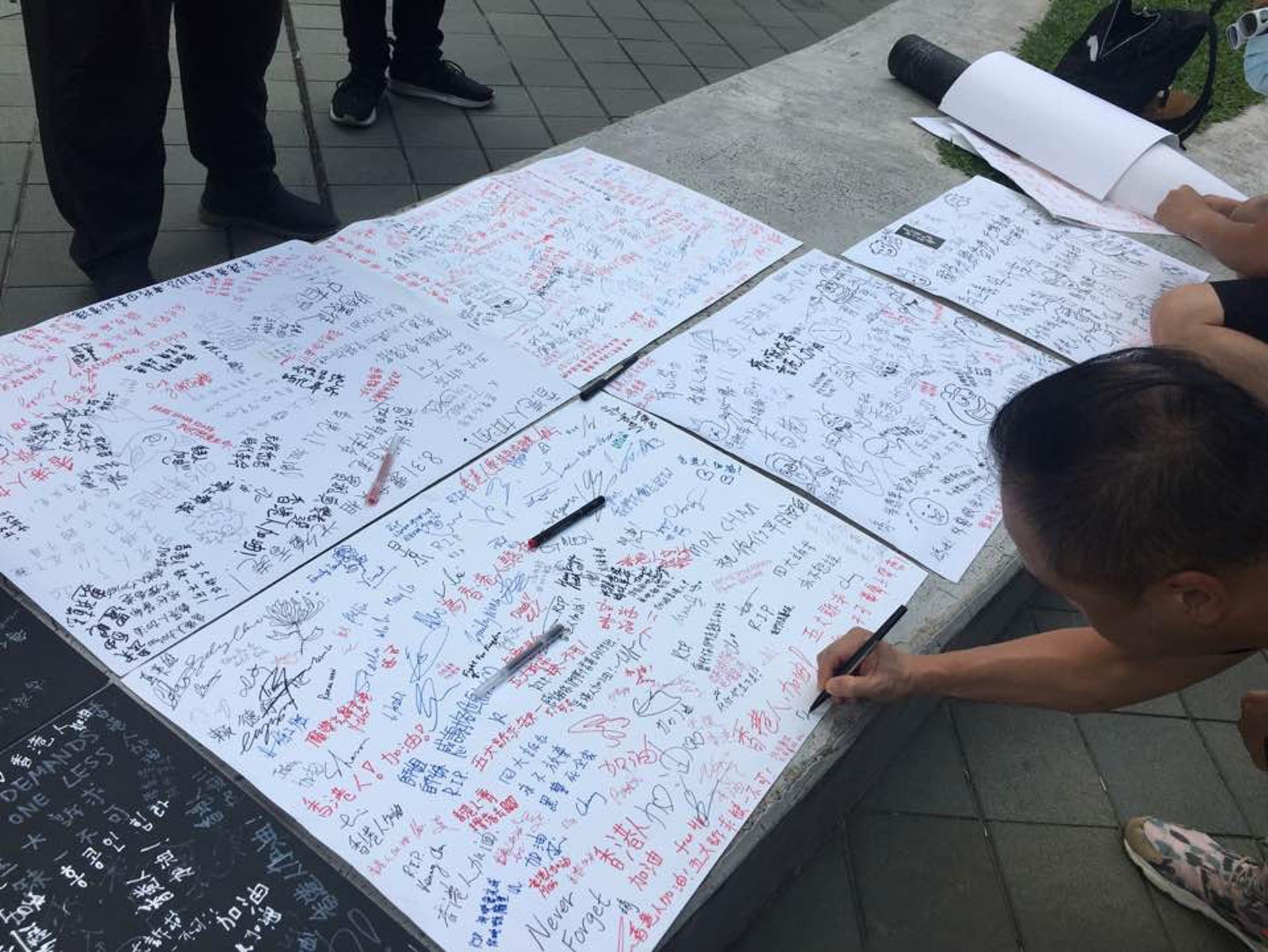亦有市民在海報上簽名或寫上字句。(李偉欣攝)