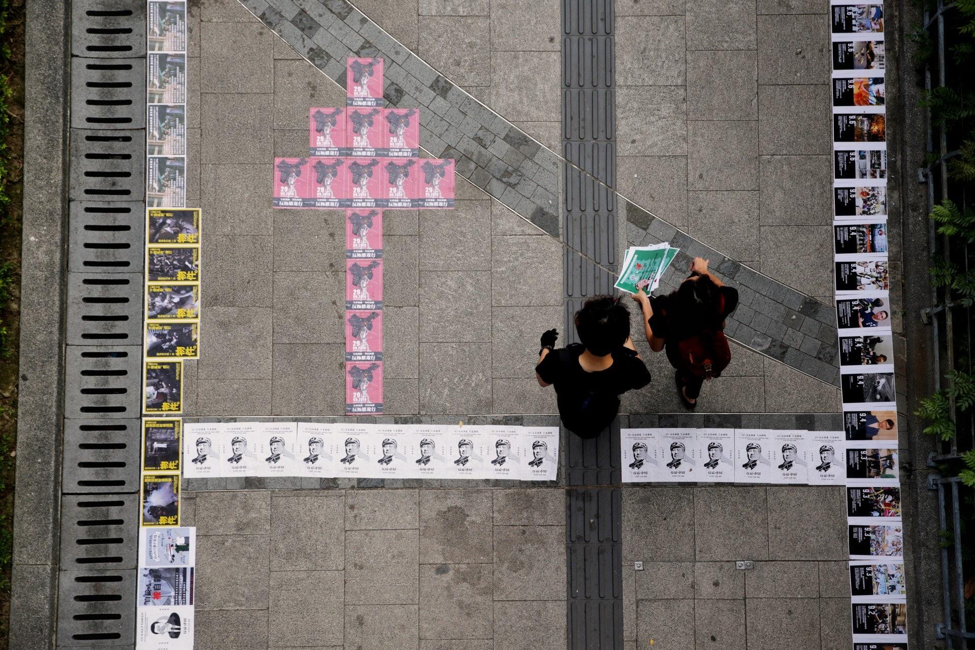 下午4時過後,聚集的人士更多,並在金鐘一帶貼滿宣傳品。(梁鵬威攝)