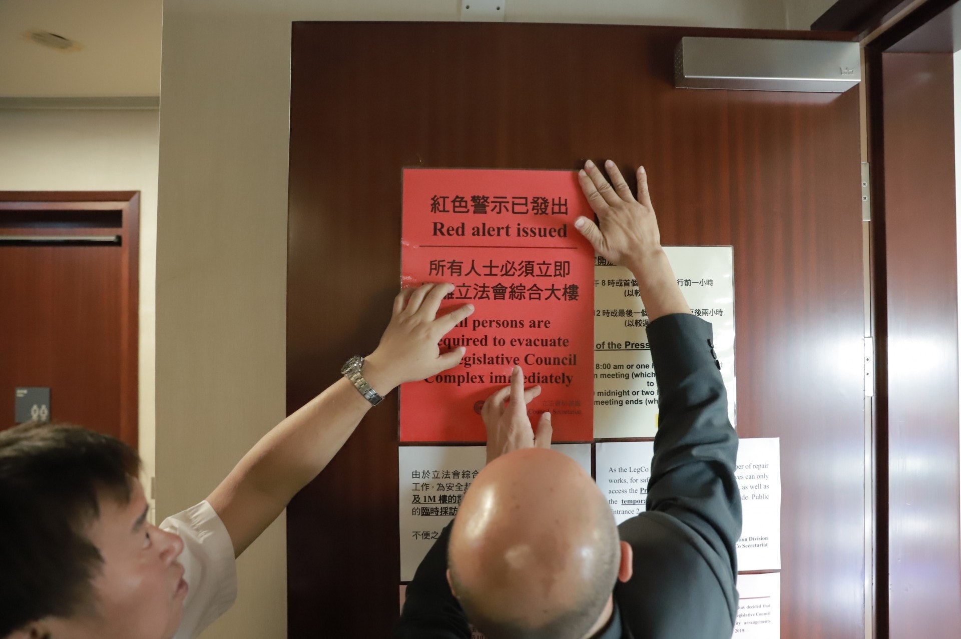 下午6時許,集會仍未正式開始,立法會秘書處已發出紅色警示。(羅國輝攝)