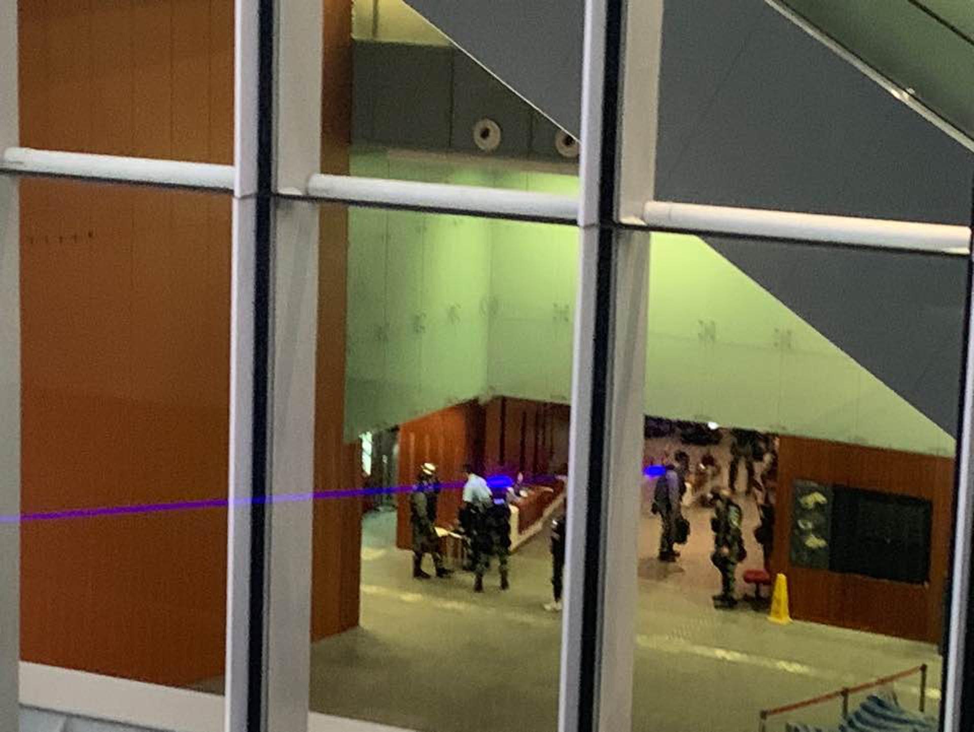穿上裝備的防暴警察進入立法會大樓。(陳晶琦攝)