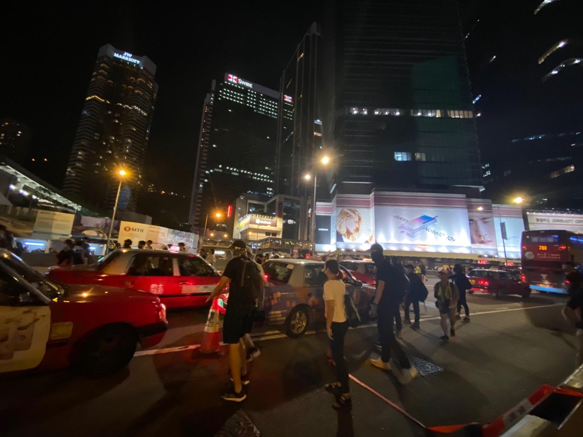 示威者在晚上約7時許,開始行出馬路,並很快佔領夏愨道。(李智智攝)