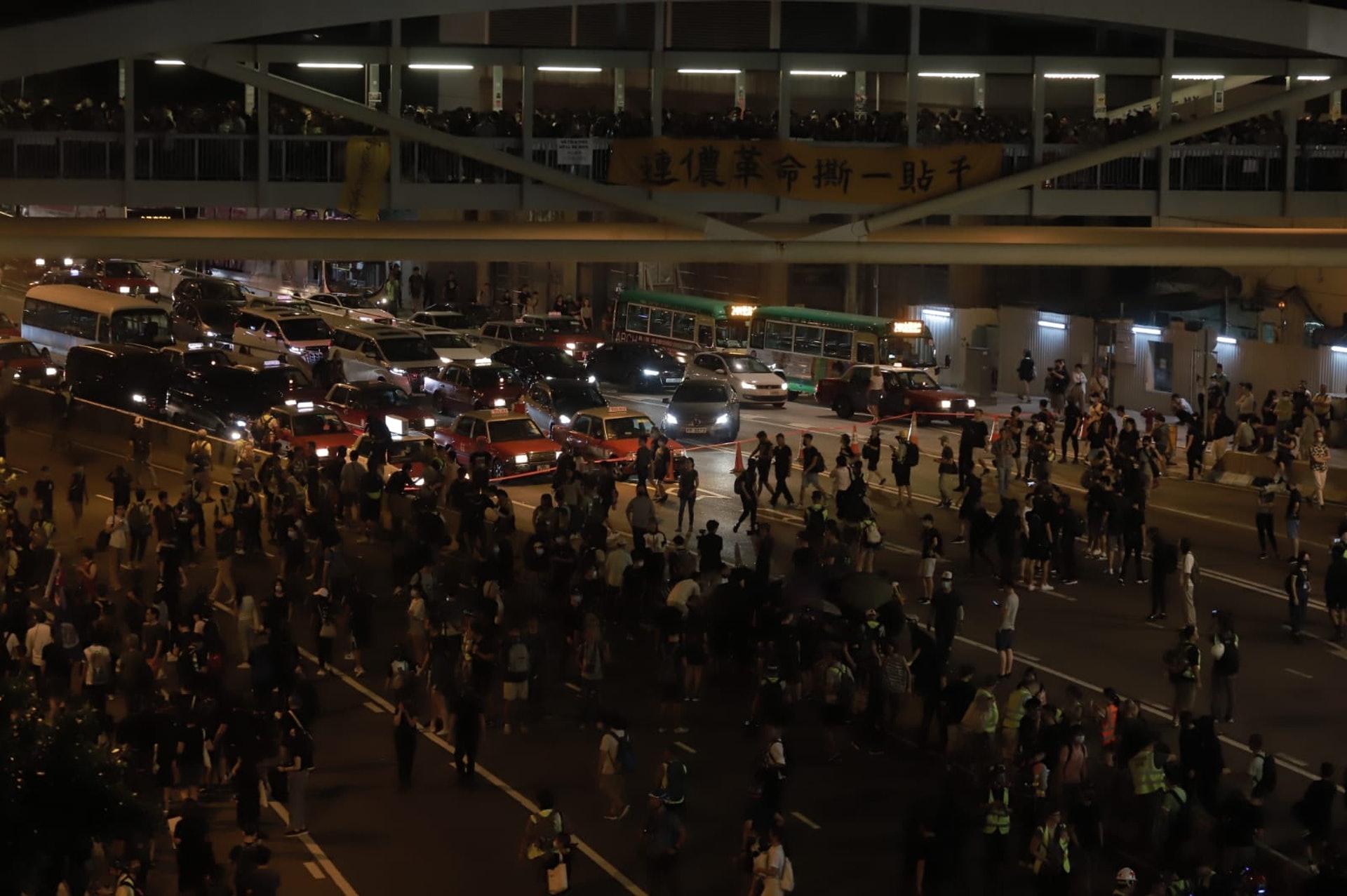 晚上7時許,示威者開始行出馬路,並佔據多條主要道路。(李智智攝)