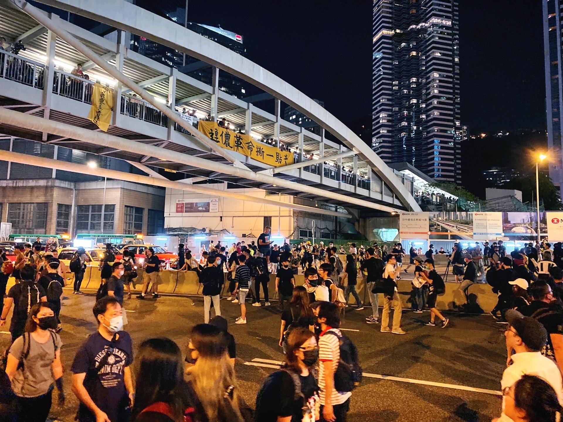 示威者繼續走出馬路,並佔領金鐘多條街道。(李智智攝)