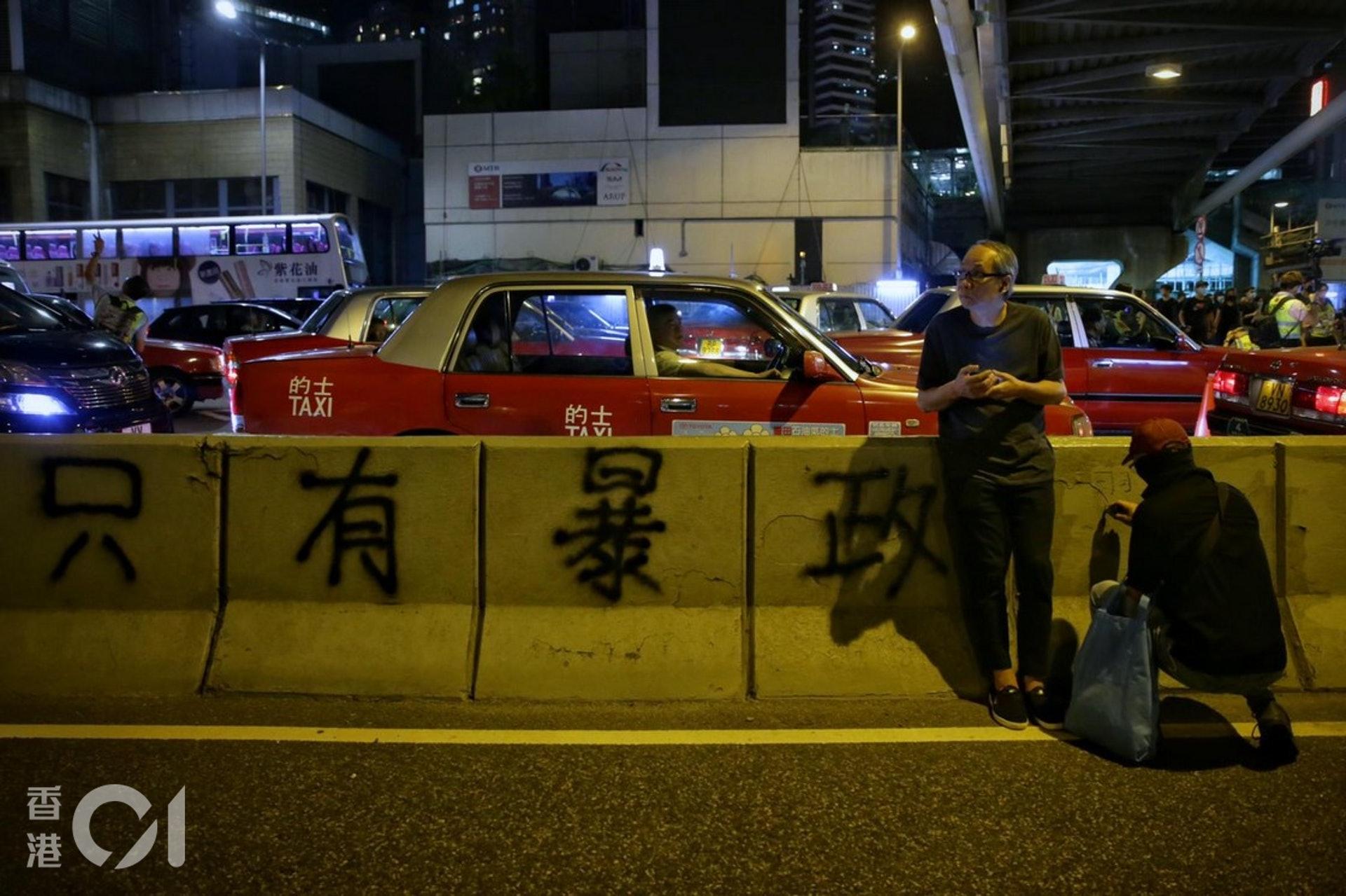 2019年9月28日,示威者在夏愨道的石壆寫上「只有暴政」。(李澤彤攝)