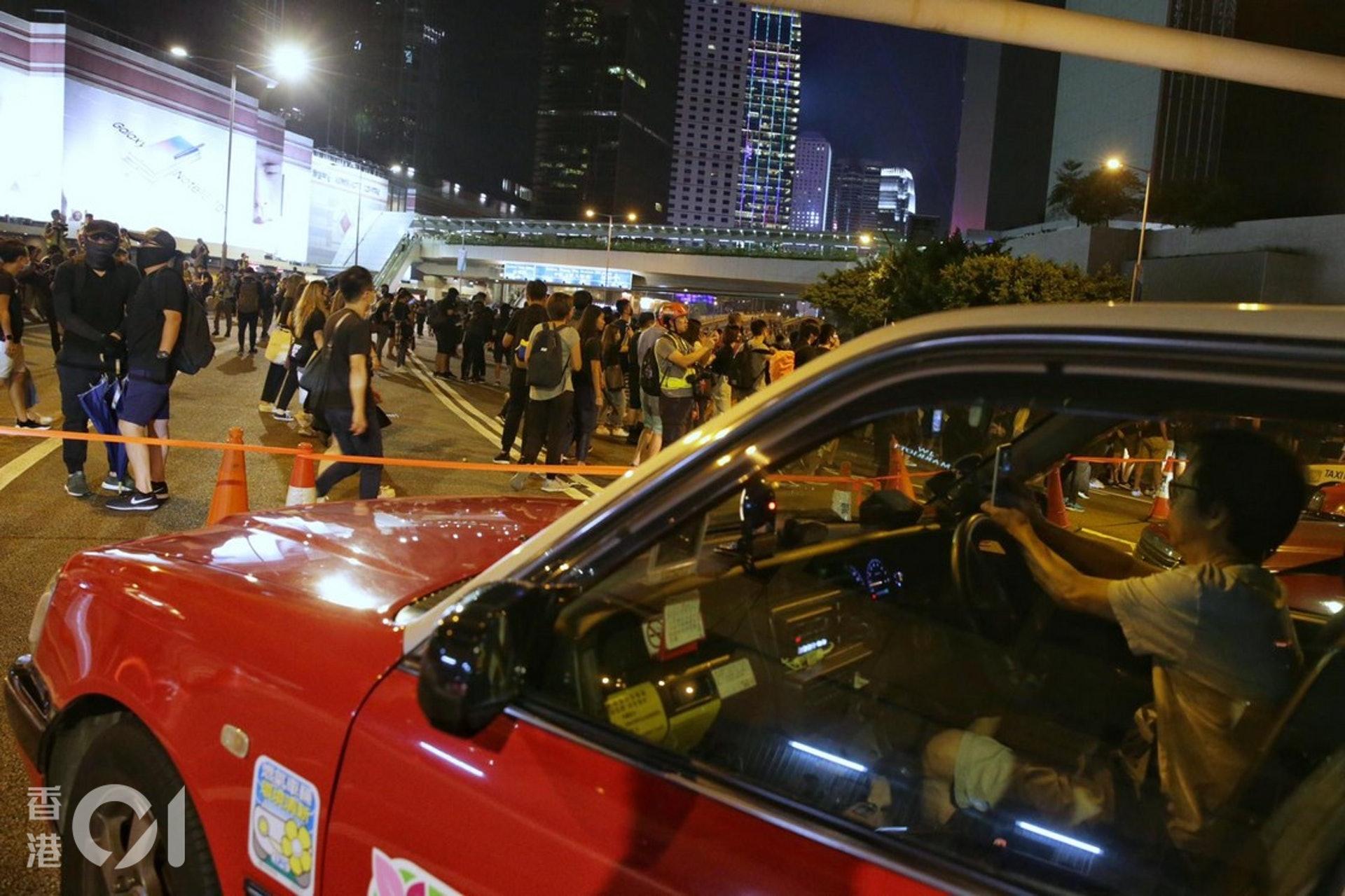 2019年9月28日,示威者再次佔領夏愨道。有的士未能駛去於馬路上等待。(李澤彤攝)