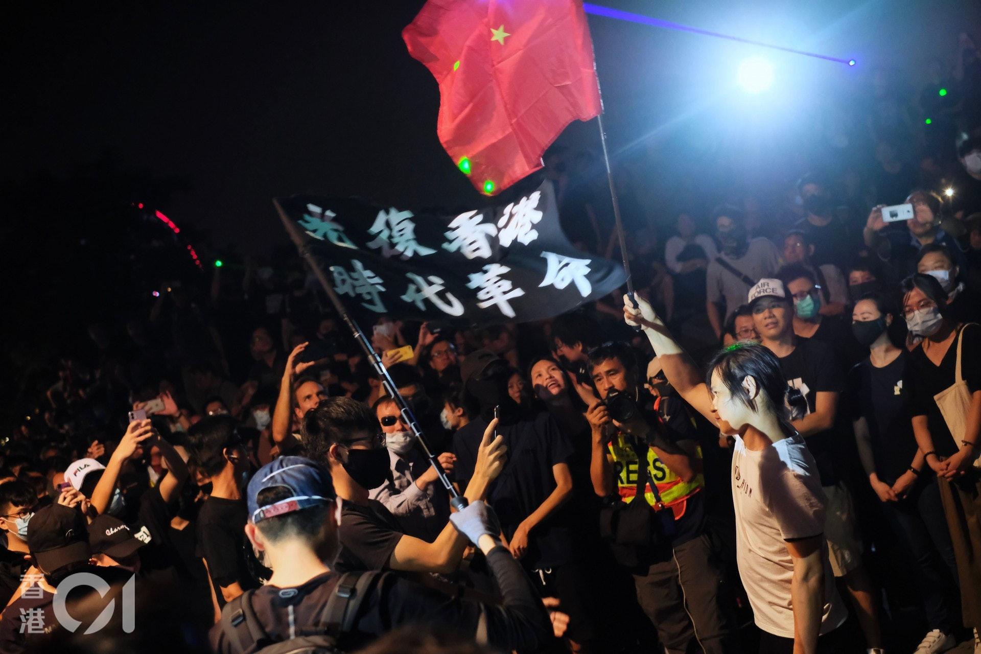 2019年9月28日,金鐘添馬公園有傘運五周年集會中有人持中國國旗「踏場」。(歐嘉樂攝)